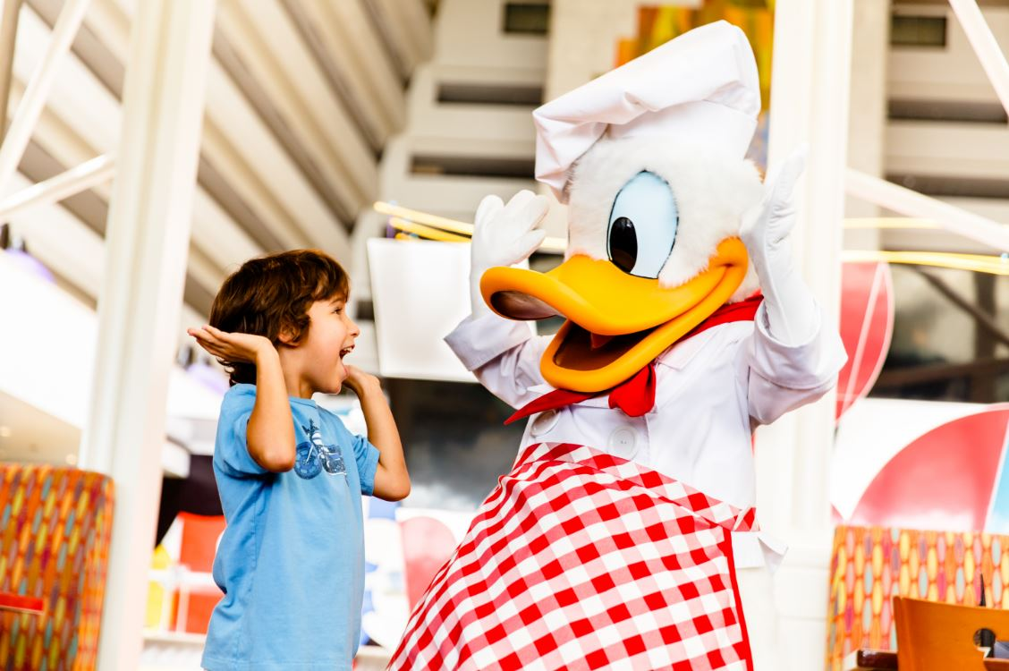 Tomar o café da manhã acompanhado de um personagem Disney é uma experiência inesquecível
