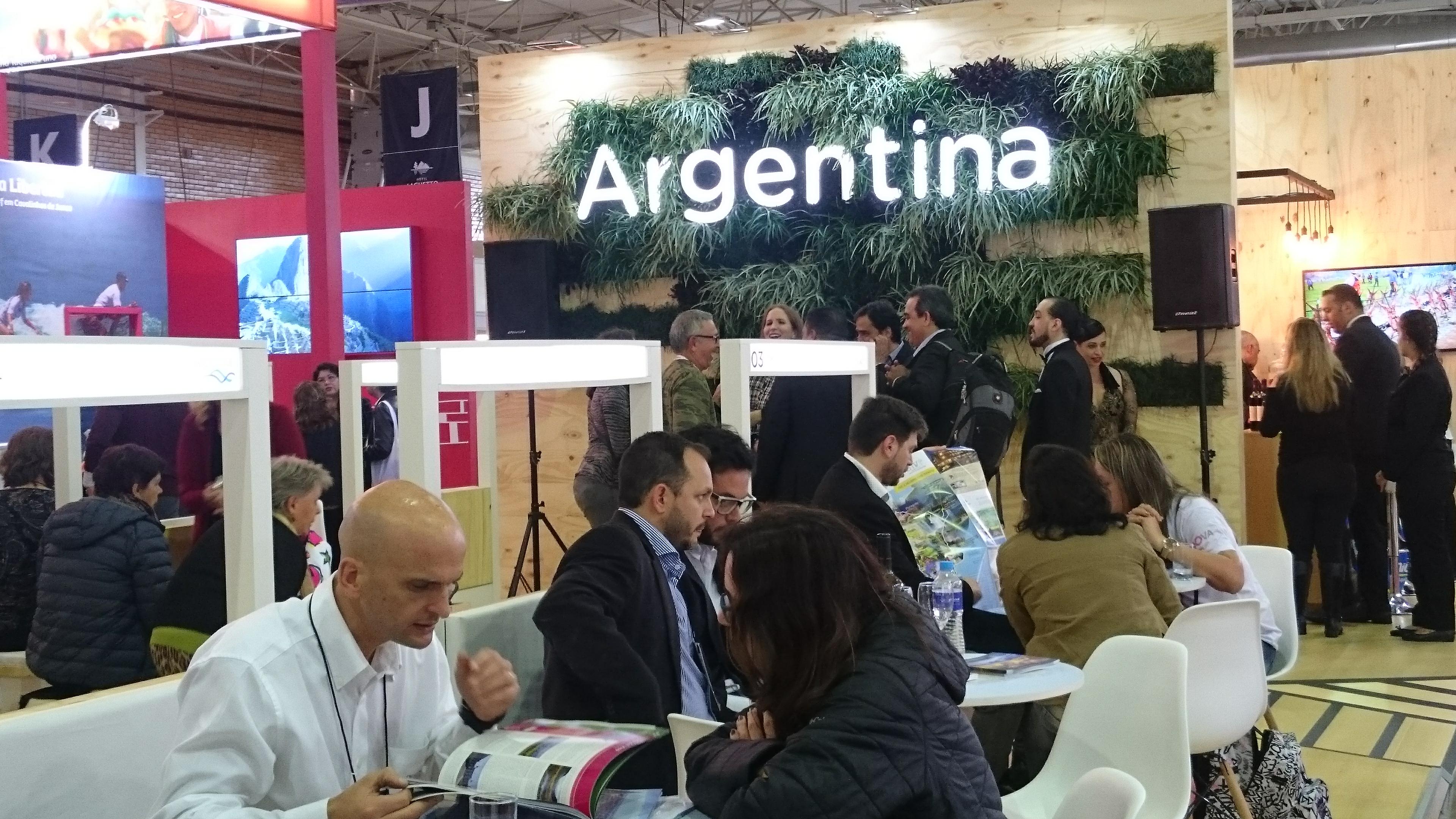 Negócios em andamento no estande da Argentina