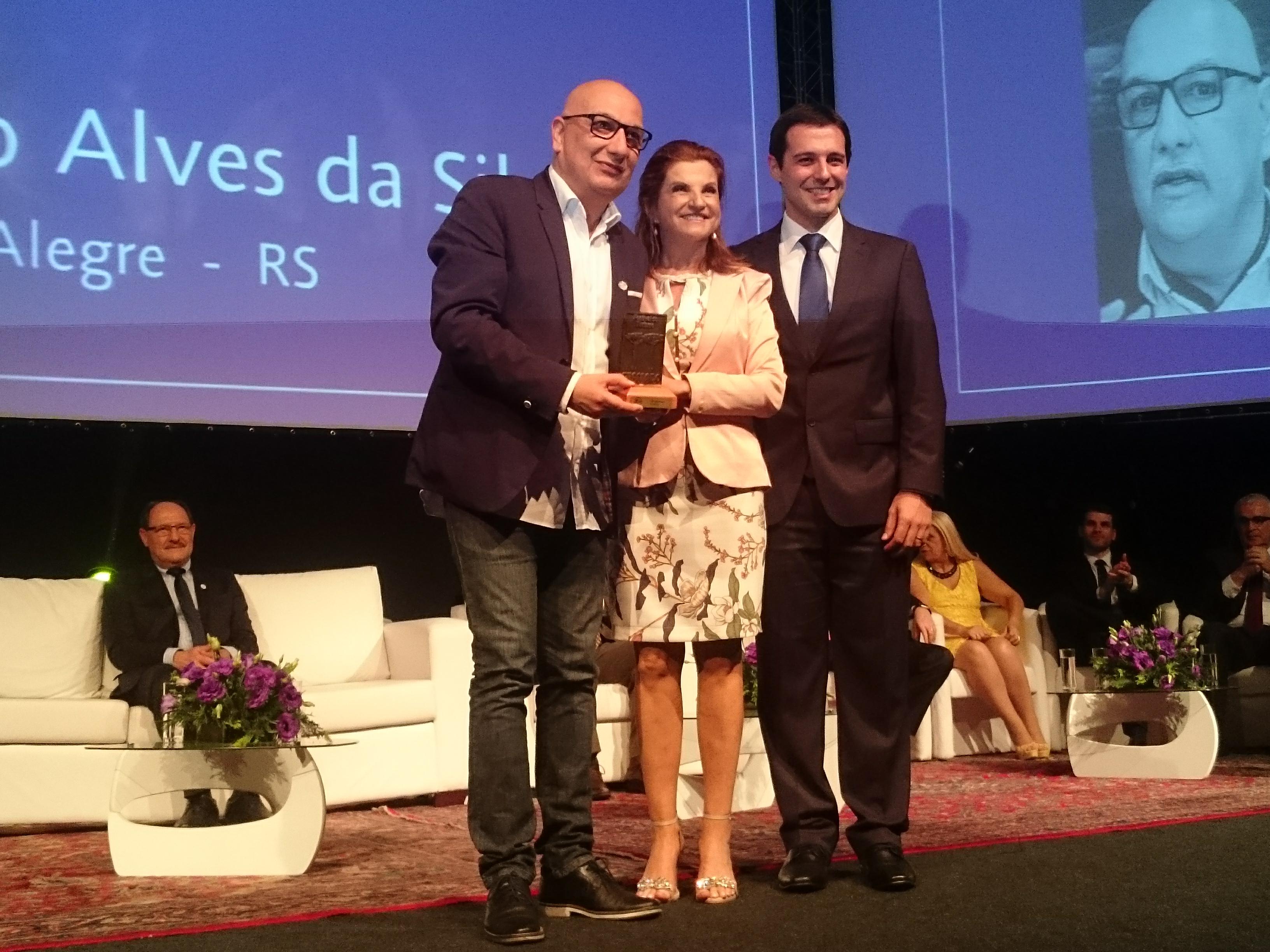Vitor Hugo, secretário de turismo do Estado do Rio Grande do Sul é homenageado pelo Festuris/Marta Rossi e Eduardo Zorzanello