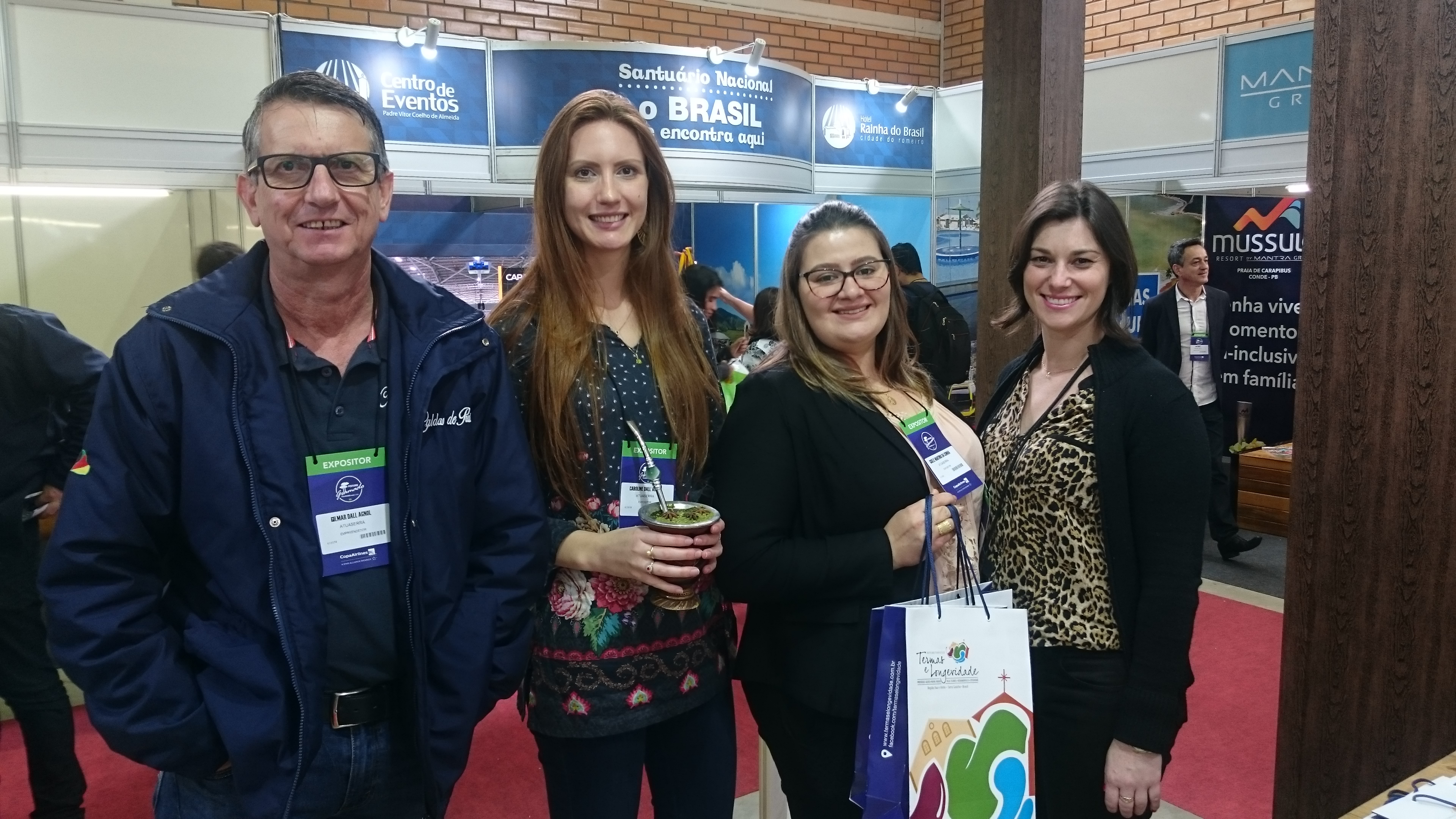 Gilmar Dall Agnol, Caroline Dall Agnol, da Autoserra, com Bruna Tres, da secretaria de Turismo de Ctaporã, e Ewillyn Buaxihm, da secretaria de Turismo de Nova Praya