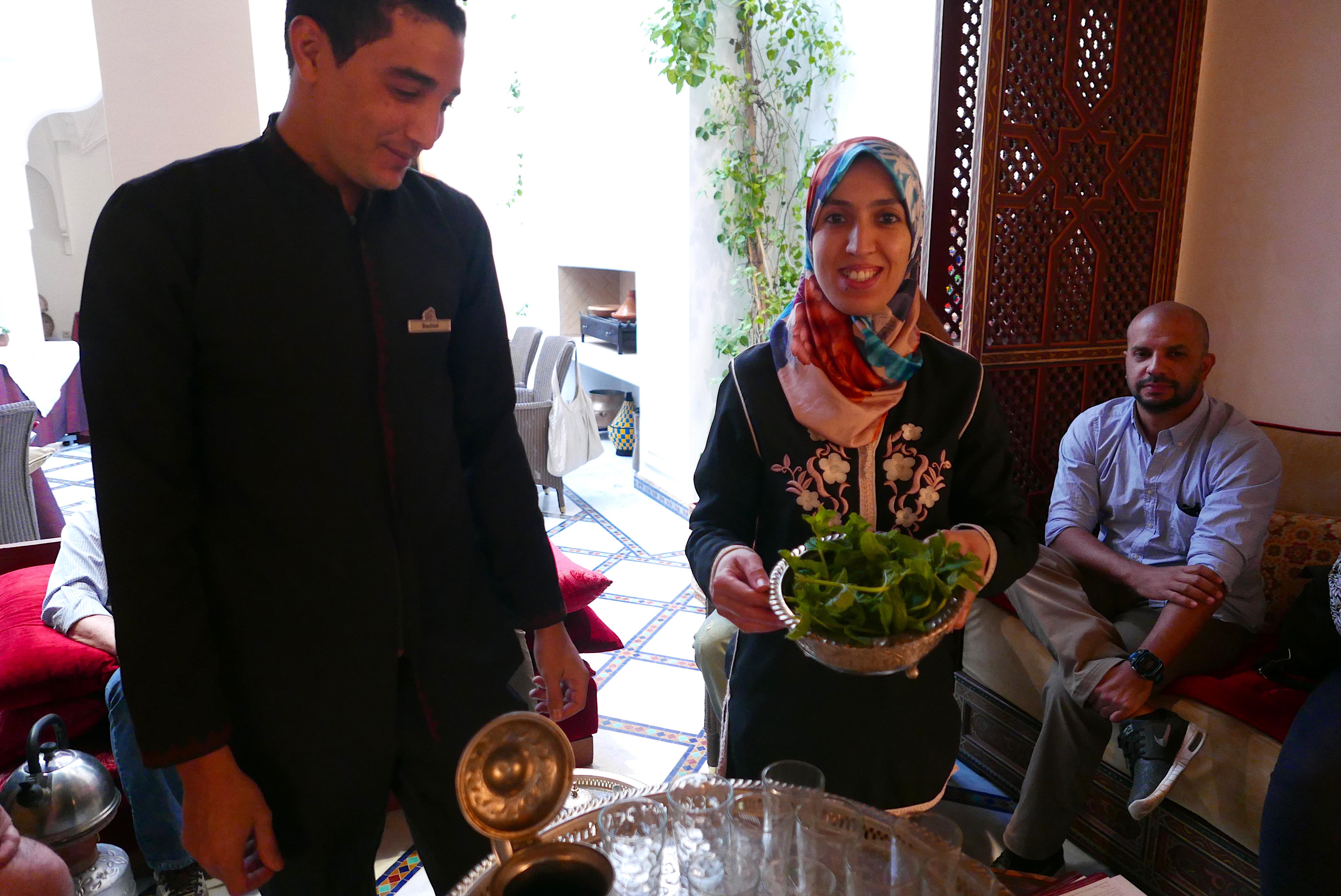 Em uma mesa marroquina não pode faltar o chá de menta, e os participantes do curso aprendem o modo de preparar a tradicional bebida