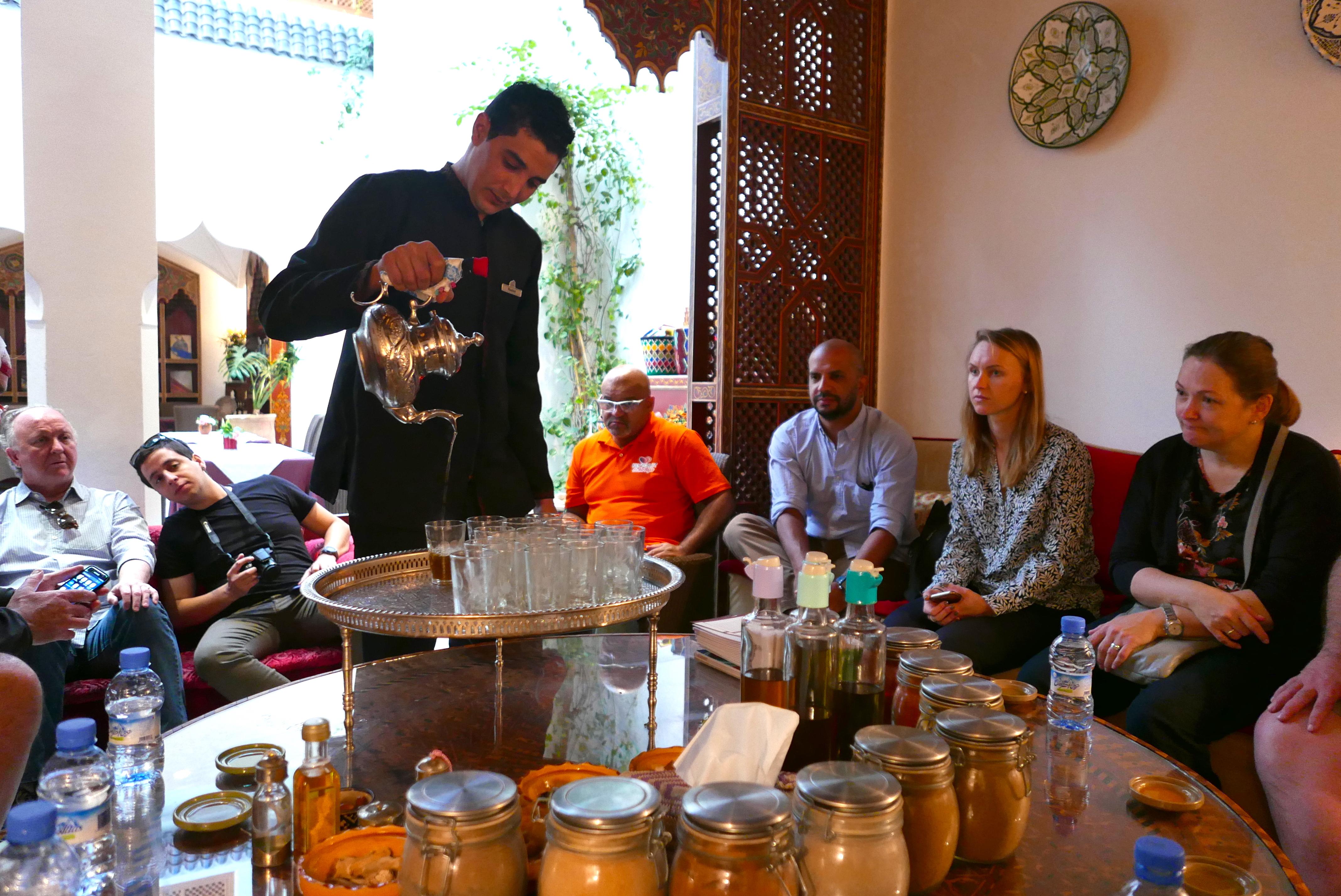 Rachida prepara o chá de menta e serve aos alunos uma degustação