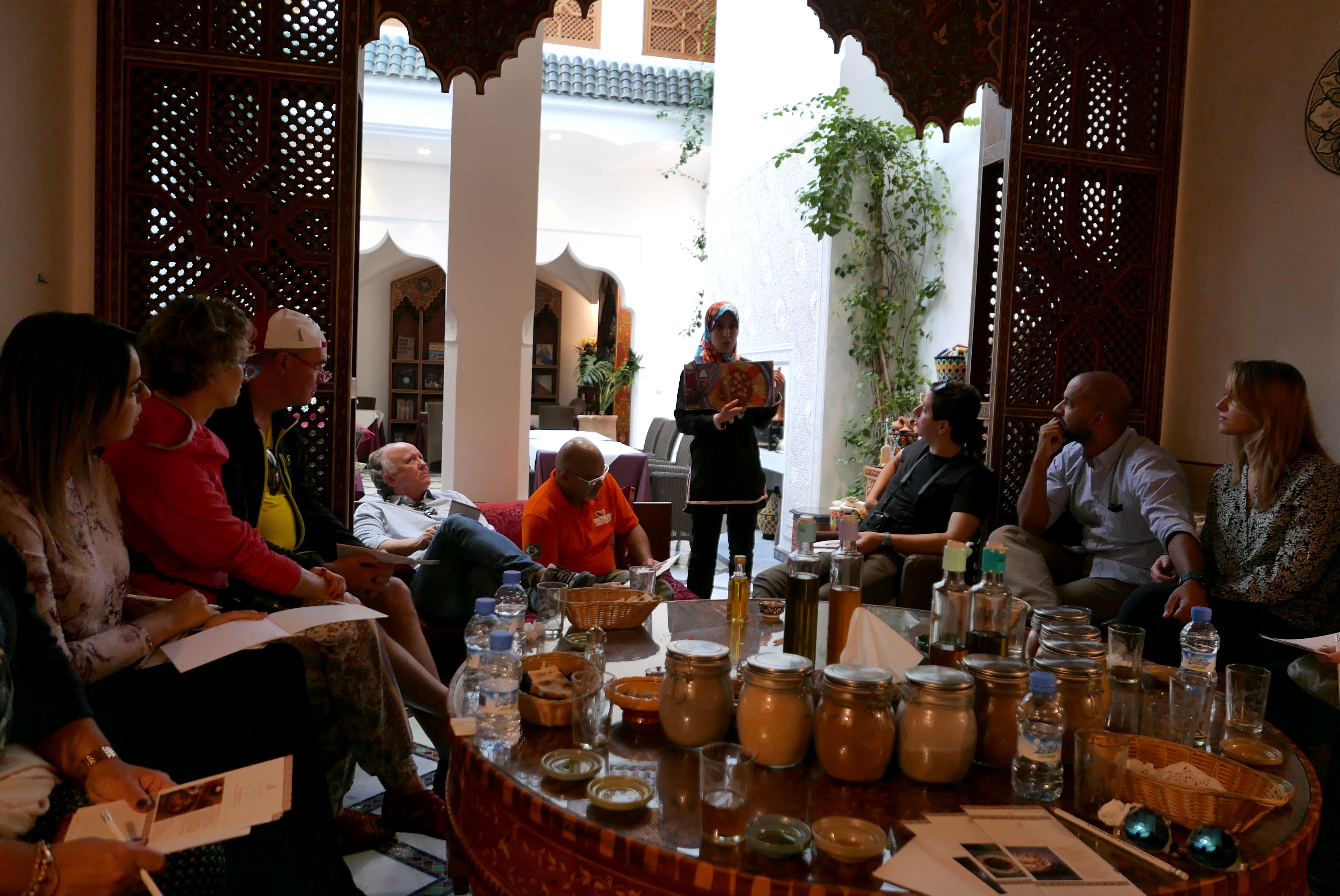 A professora do La Maison Arabe apresenta aos alunos condimentos e alimentos que fazem parte do dia a dia marroquino