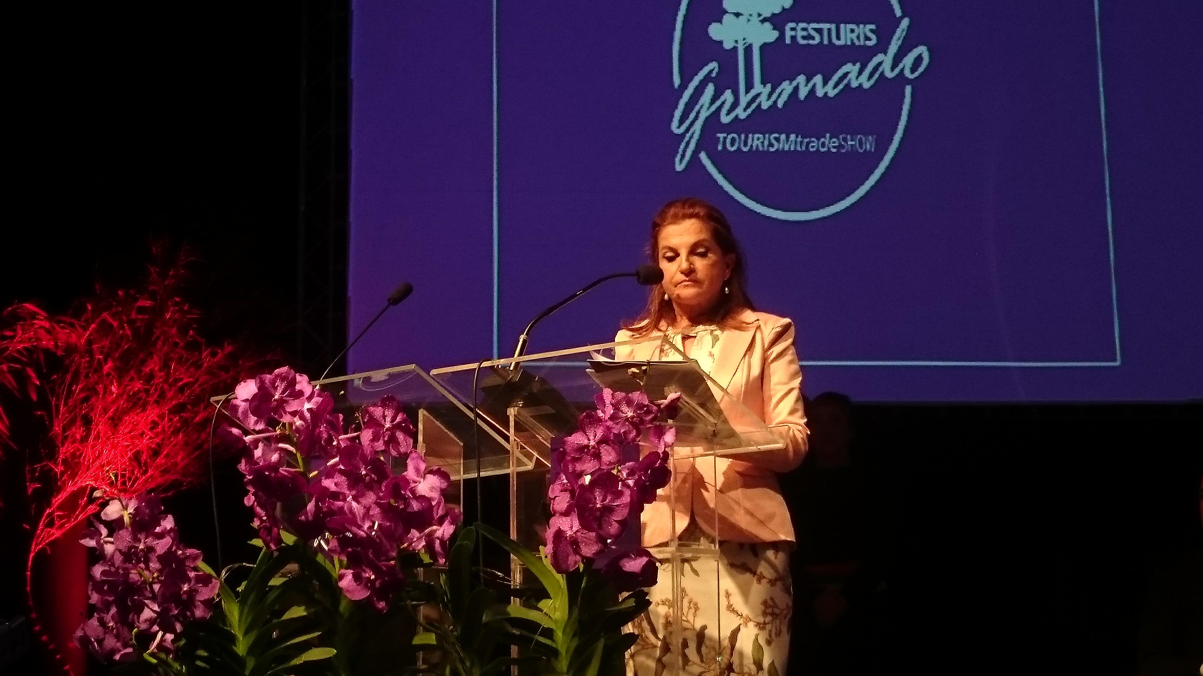 Marta Rossi fala aos convidados, na noite de abertura
