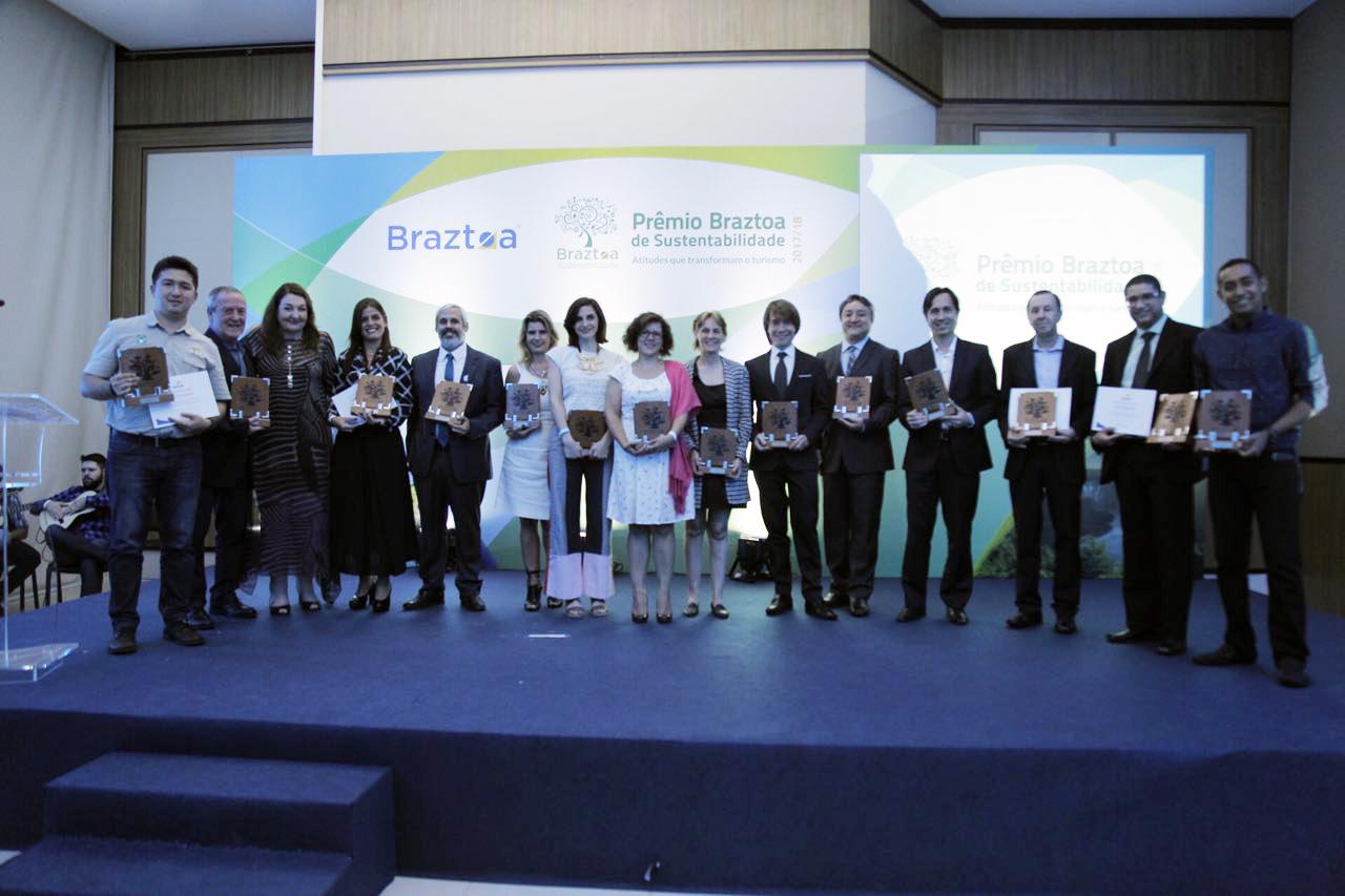 Os ganhadores do Prêmio Braztoa de Sustentabilidade 2017/2018 se reúnem ao final do evento