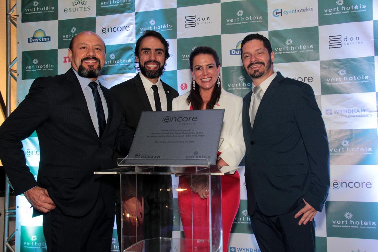Acácio Pinto e Bruno Guimarães, diretores da Vert Hotéis; Érica Drumond, CEO, e Cristiano Mandelli, gerente geral do Ramada Encore Tiradentes, na inauguração oficial do hotel