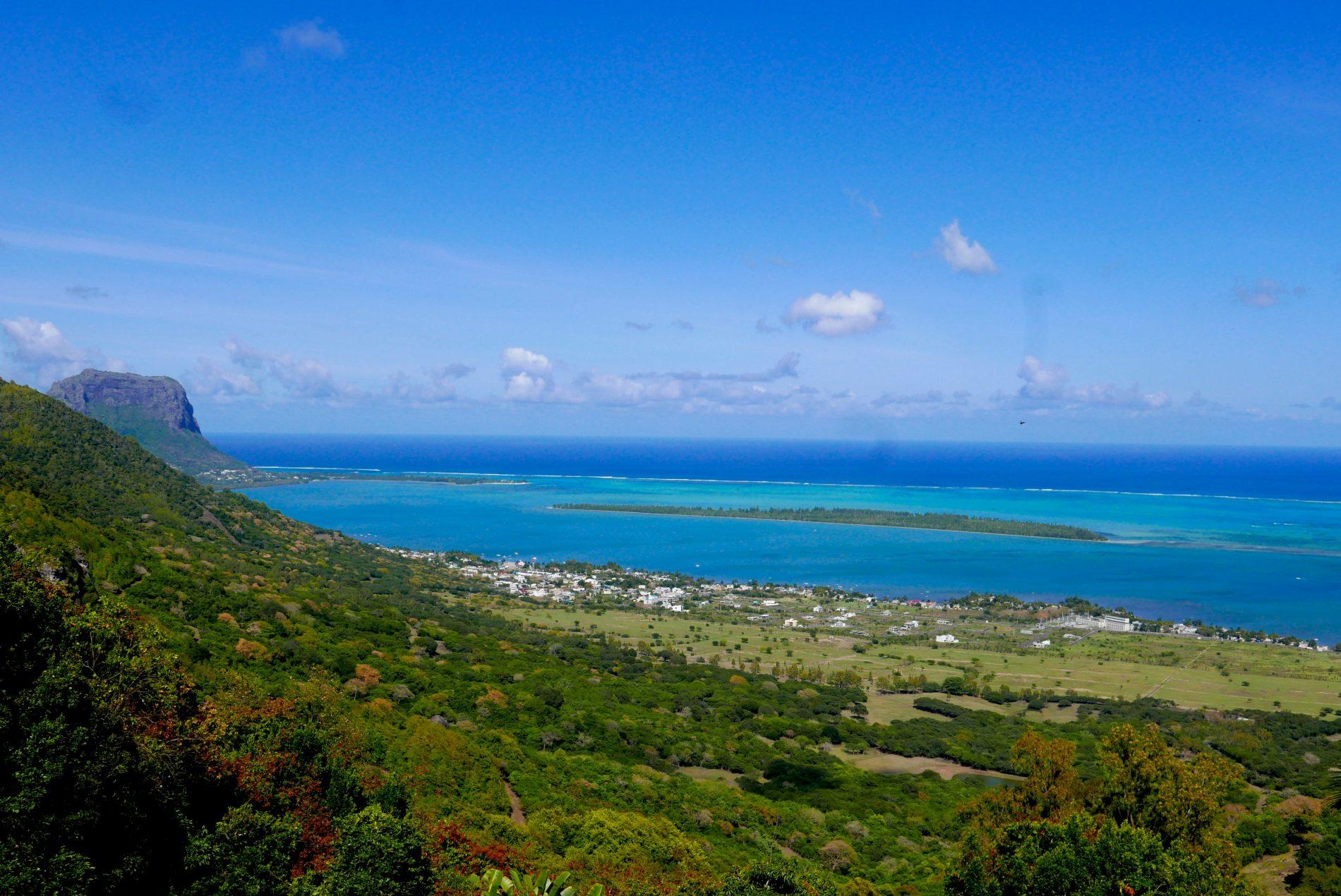 Do mirante de Chamarel é possível observar a barreira de coral que, no formato de um fino anel, circunda a principal ilha do arquipélago