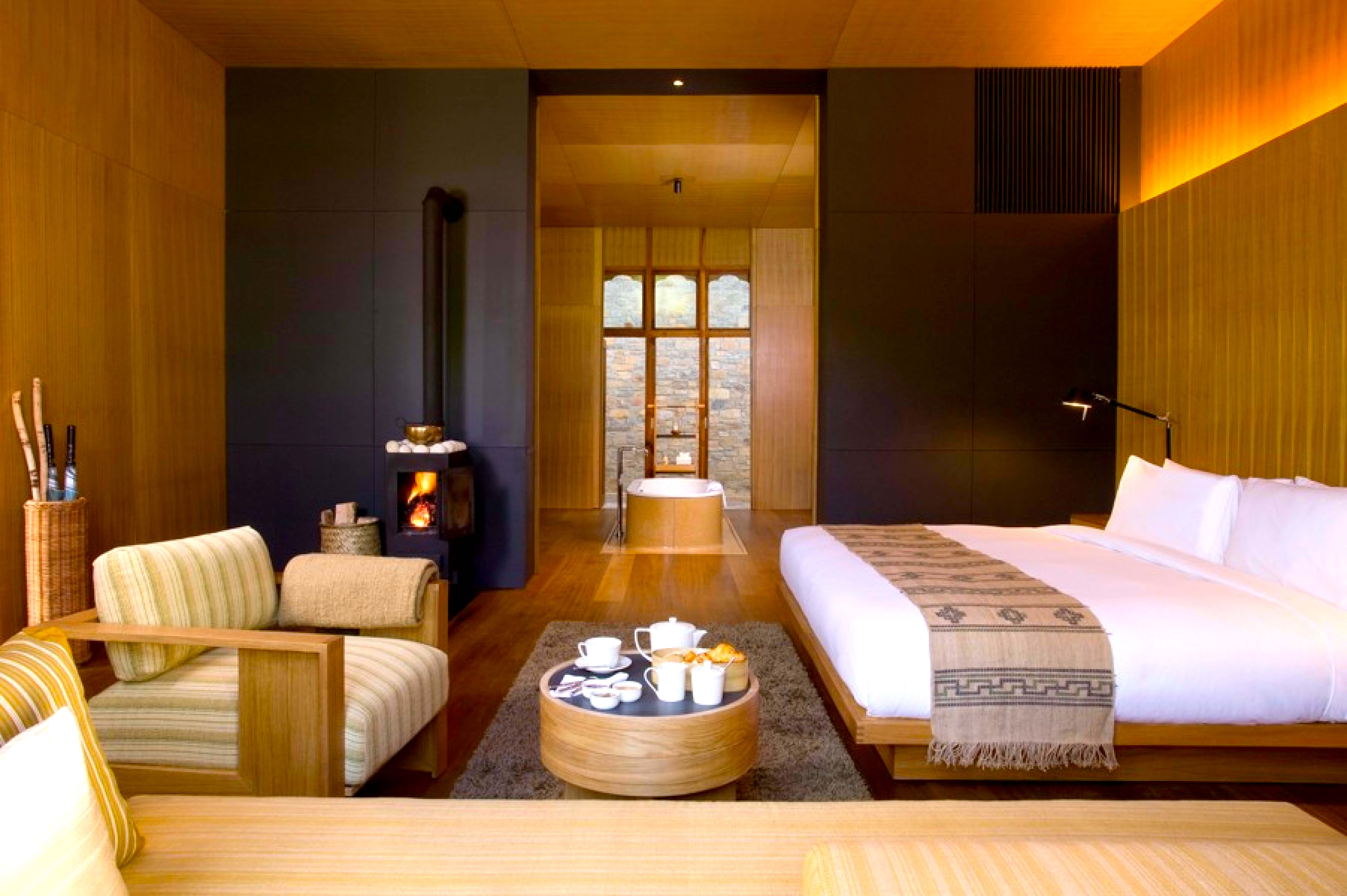 A espaçosa suite do Amankora Bumthang, tendo a fundo a sala de banho