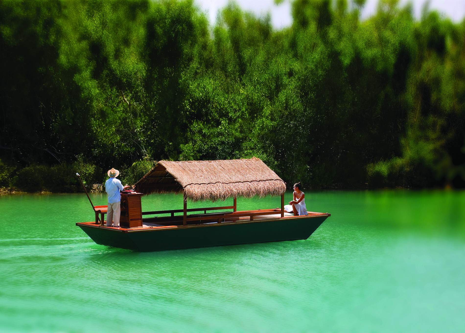 Hóspede aprecia travessia nos canais do Fairmont Mayakoba, na Riviera Maya