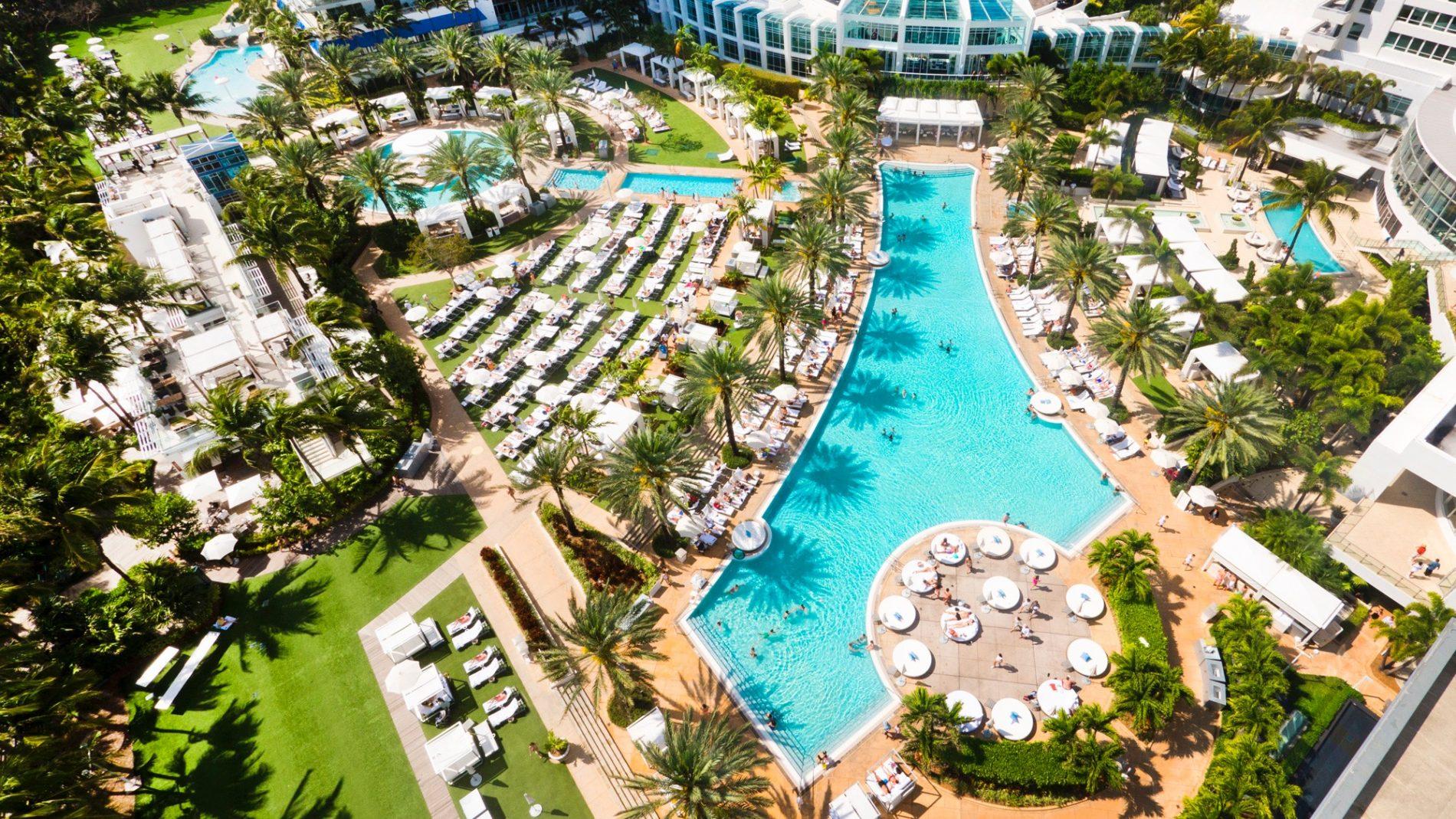 Piscinas do Hotel Fontainebleau, em Miami Beach (Foto: Divulgação)