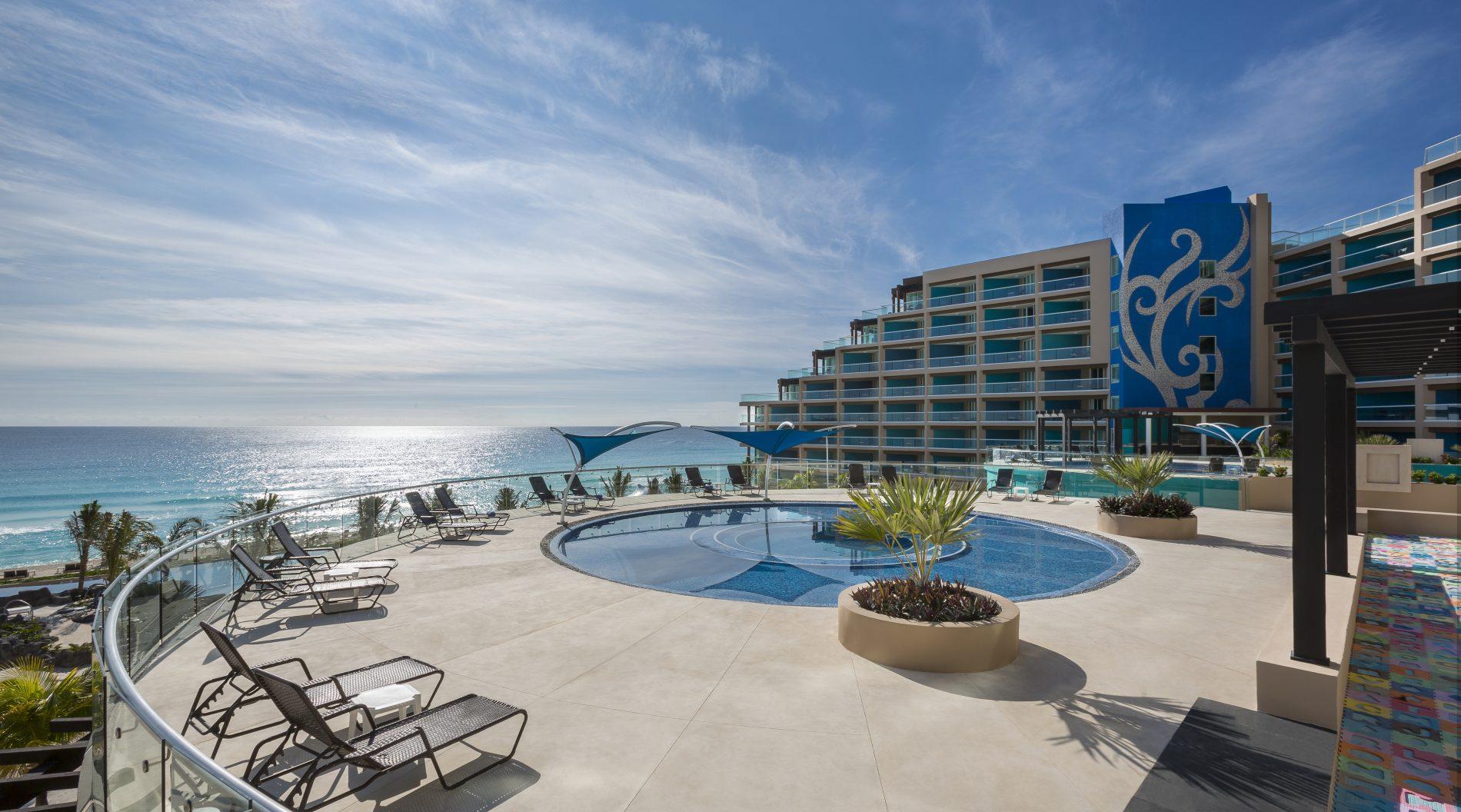 Parque aquático do Hard Rock Hotel Cancun, com o mar do Caribe ao fundo (Foto: Divulgação)