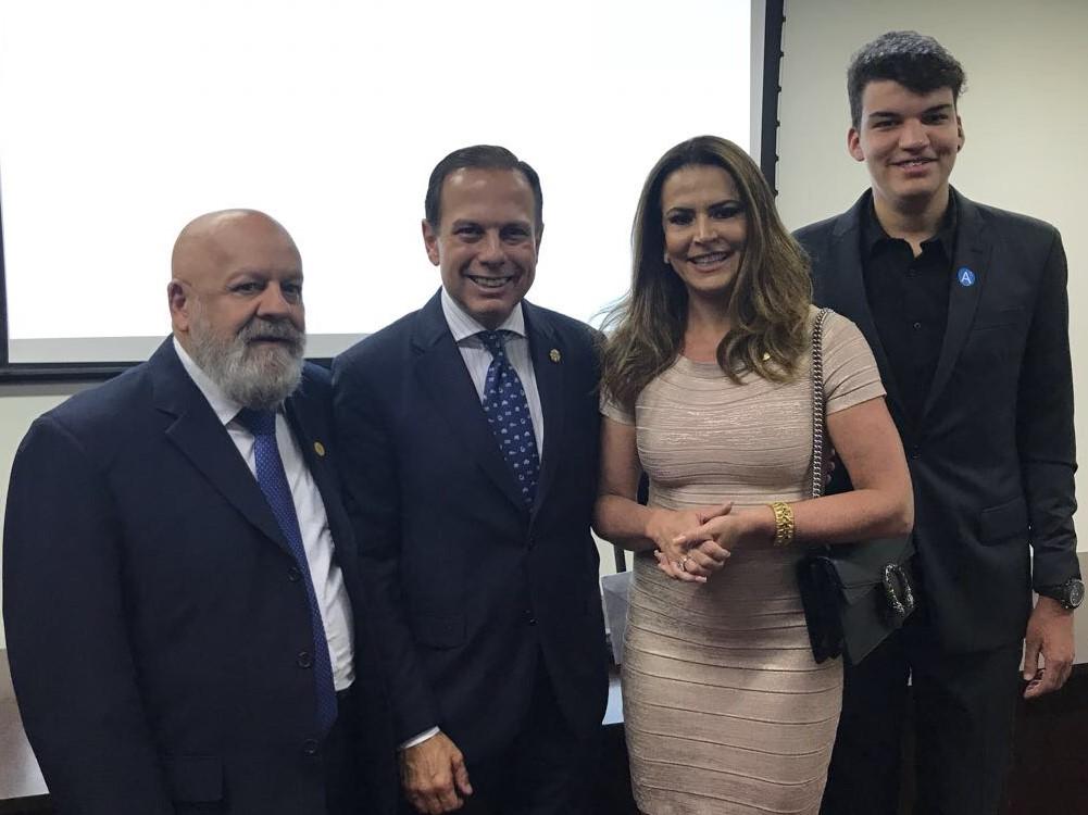O vereador Henrique Braga, Presidente da Câmara Municipal; o prefeito de São Paulo, João Dória; Érica Drumond, e o filho Henrique, durante homenagem na Câmara Municipal de BH (Fotos: Alcance Comunicação/Divulgação)