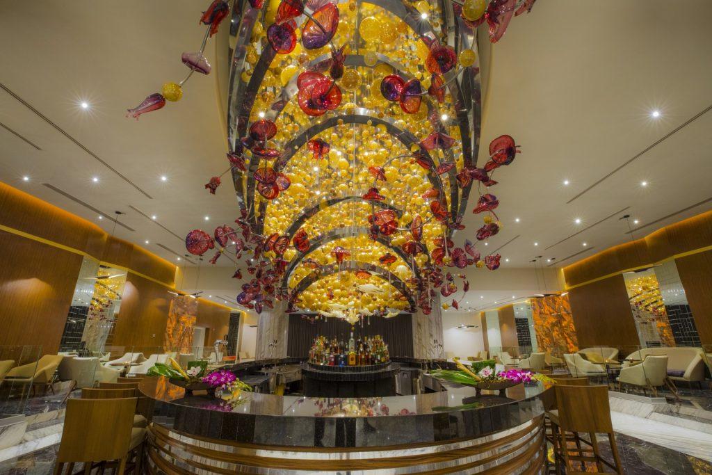 O extravagante e imponente lustre no lobby-bar do hotel