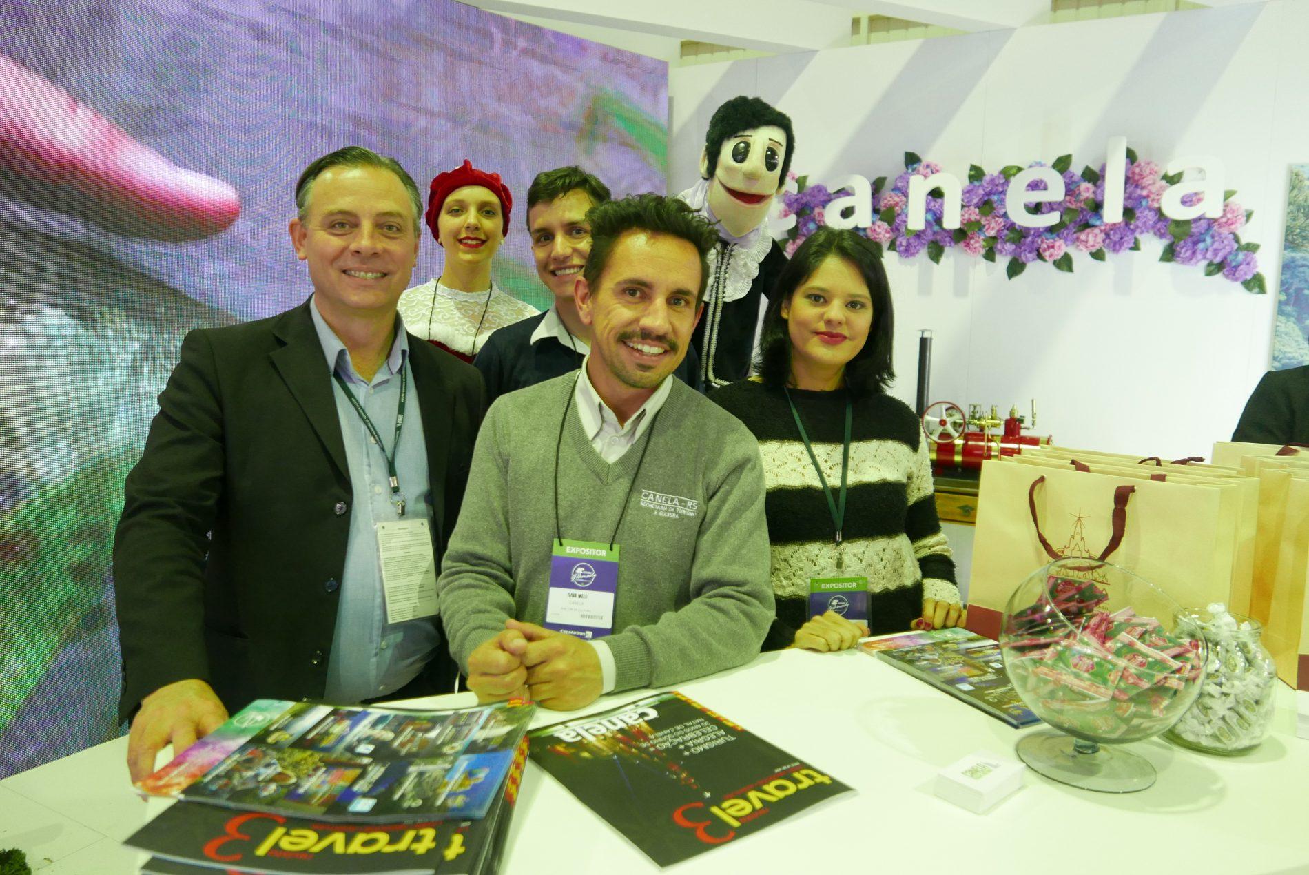 Ângelo Sanches, secretário de Turismo de Canela e sua equipe, no estande de Canela (Fotos: Claudia Tonaco)