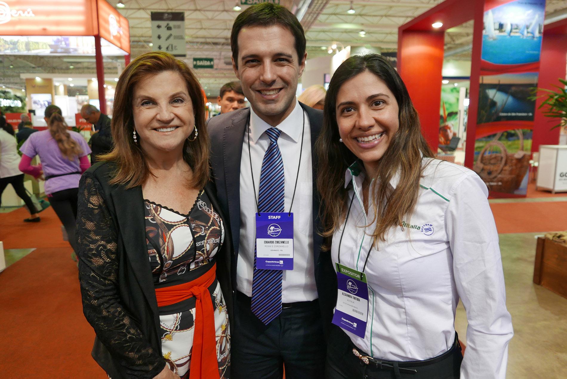 Marta Rossi e Eduardo Zorzanello, diretores do Festuris, com Alessandra Tortola, da Alitalia