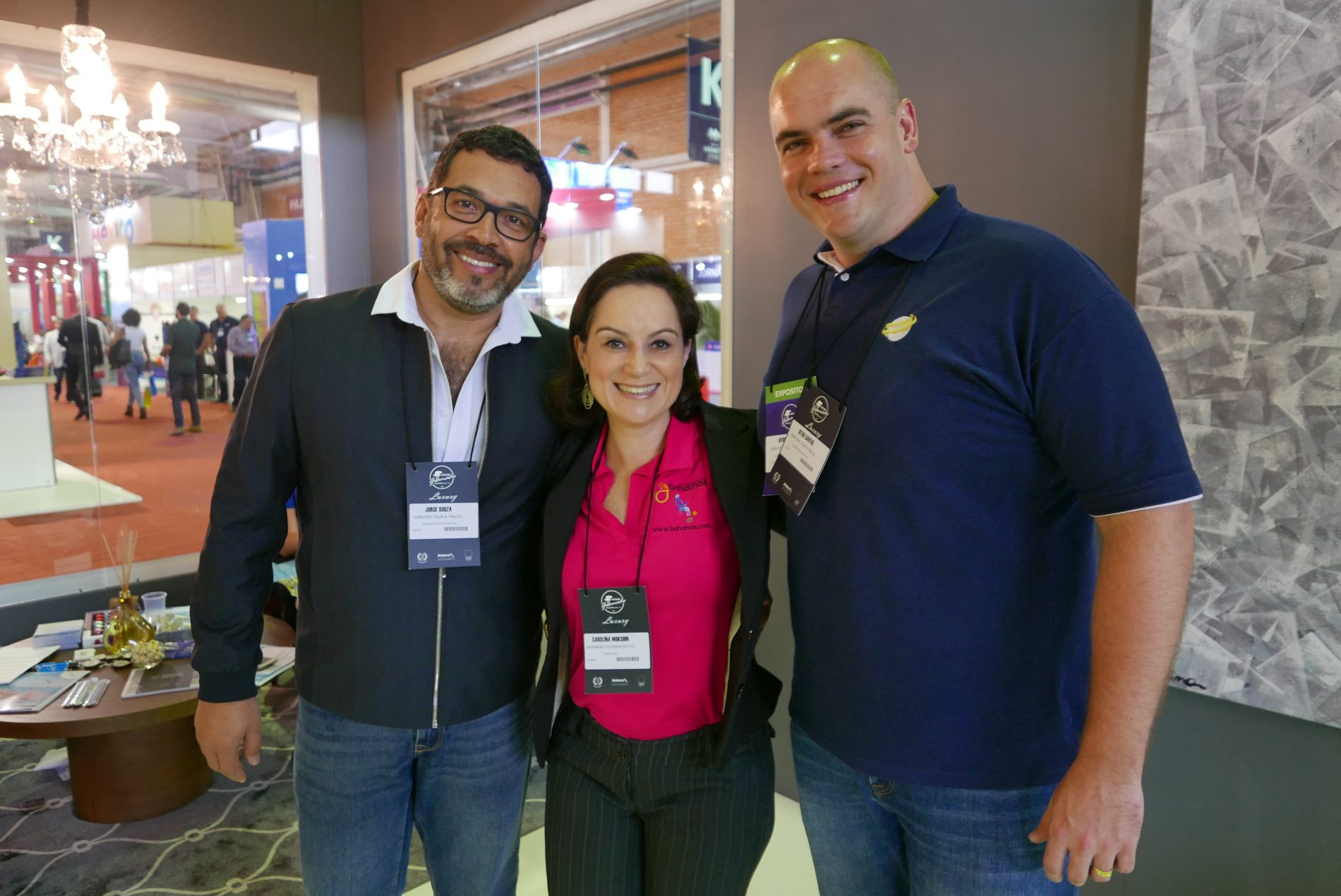 Jorge Souza e Vitor Santos, da Orinter Tour & Travel, com Carolina Mokshin, do Turismo das Bahamas