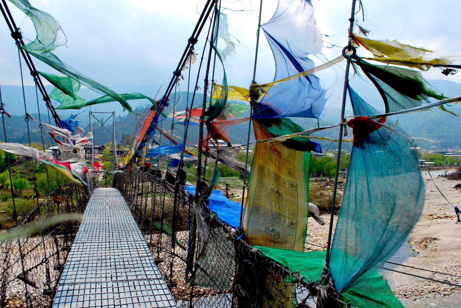 Em um passeio de bicicleta, hóspedes do Amankora atravessam ponte que dá acesso ao Templo Jamba Lhakhang