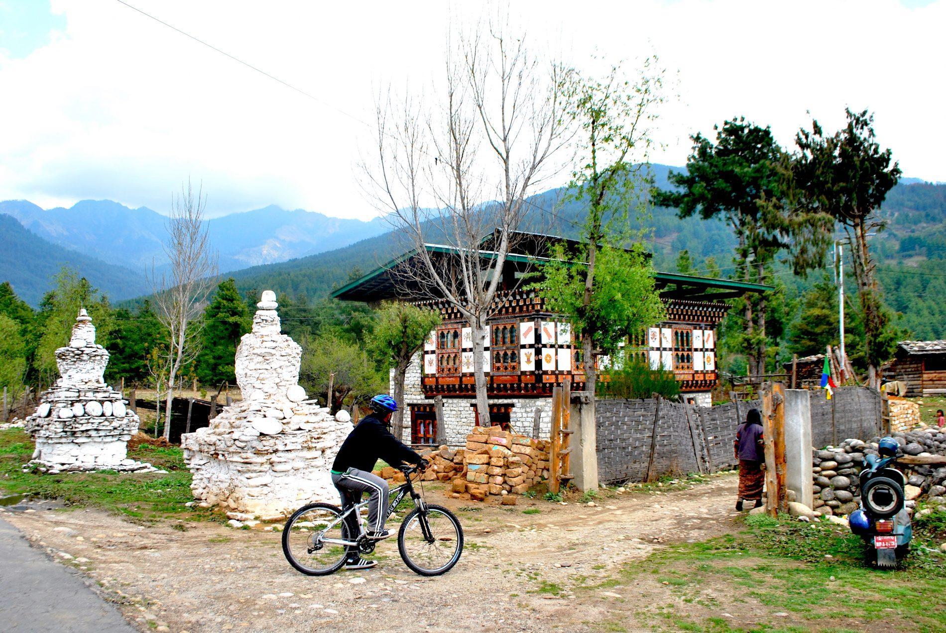 De bicicleta, hóspede do Amankora mergulha na paisagem de Bhumtang