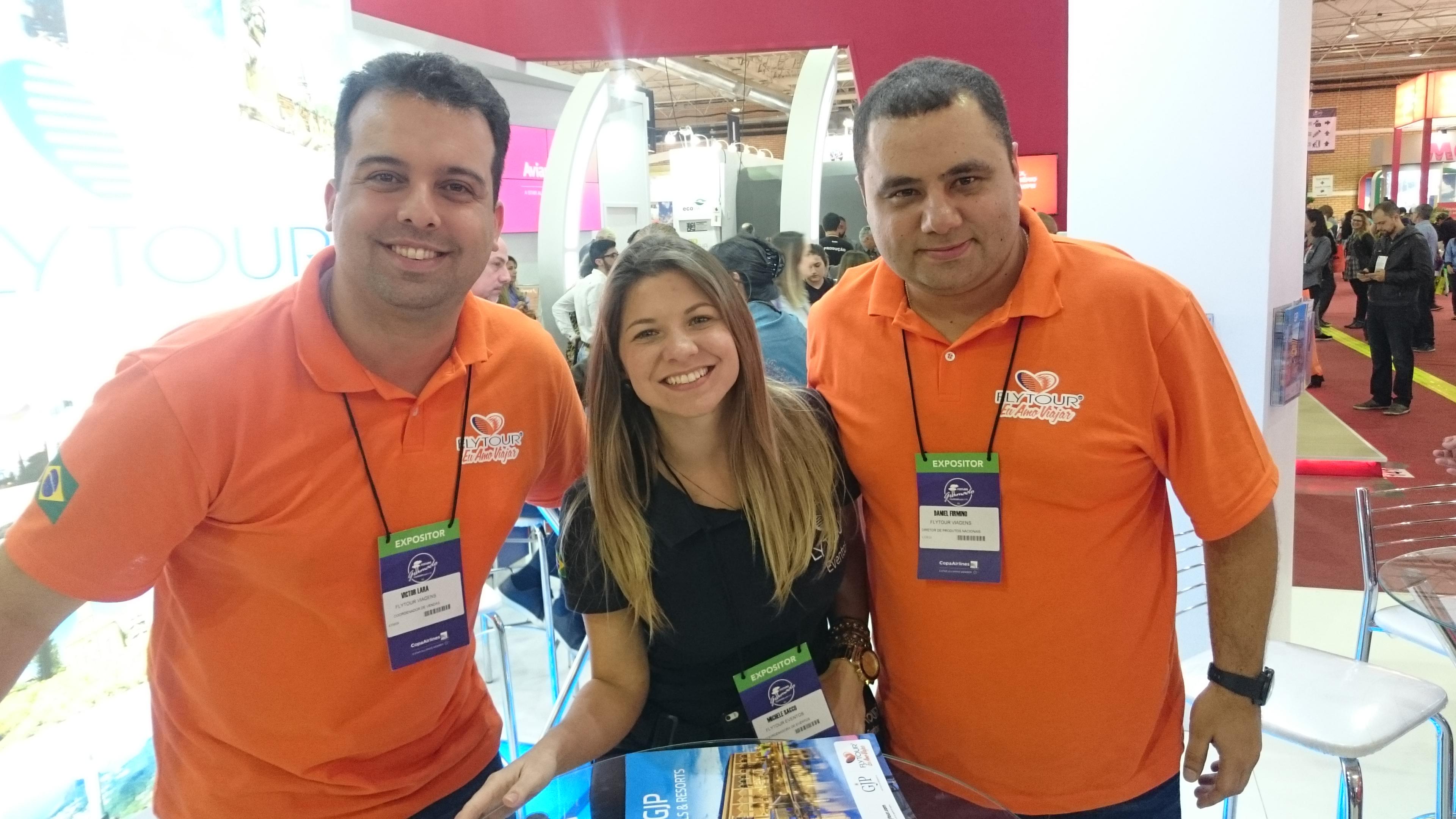 Victor Lara e Daniel Firmino, da Flytour Viagens, com Michele Sacco, da Flytour Eventos