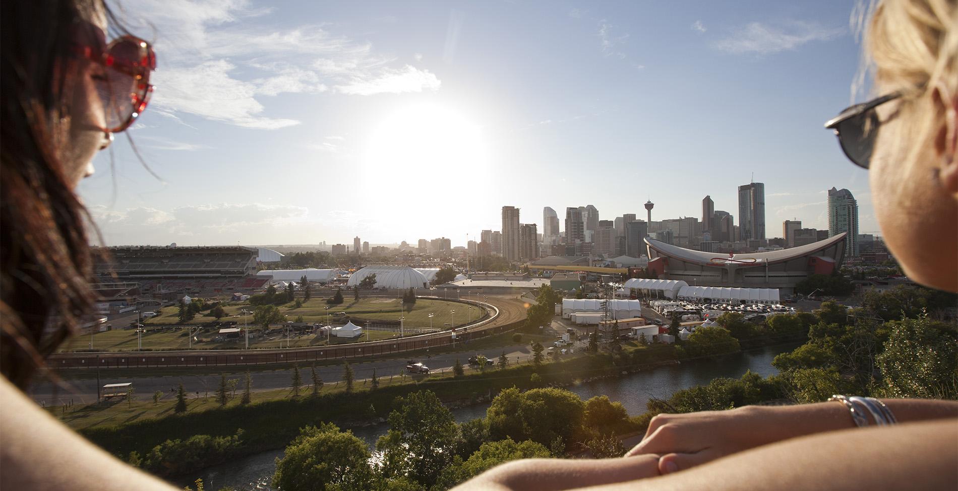 Turistas admiram skyline de Calgary (Foto: Canadian Tourism Commission/Divulgação)