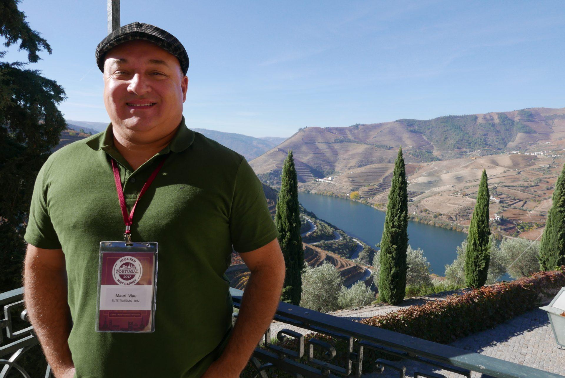 Mauri Viau, da Elite Resorts, na Quinta dos Seixos; ao fundo, a paisagem cinematográfica da região do Douro