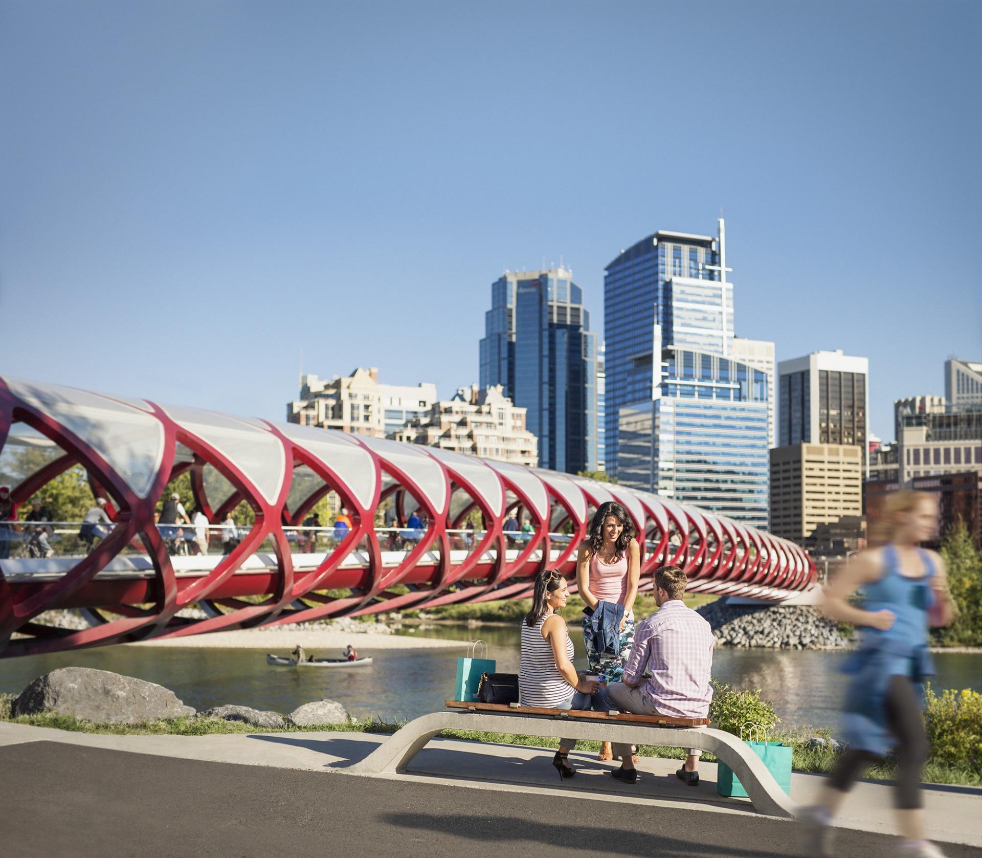 De carro, ônibus, a pé, de barco ou bicicleta, andar pela terceira maior cidade canadense é sempre um prazer (Travel Alberta/Divulgação)