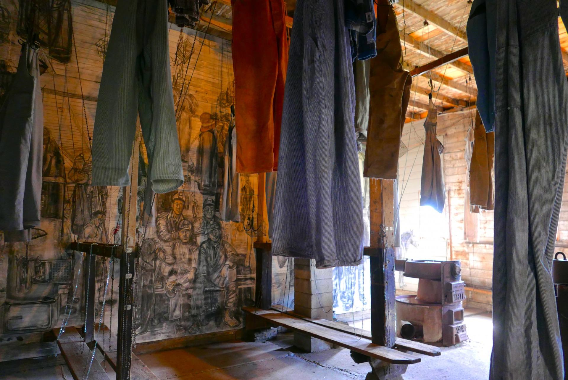 Vestiário dos mineiros mantem roupas originais dos trabalhadores da época (Claudia Tonaco)