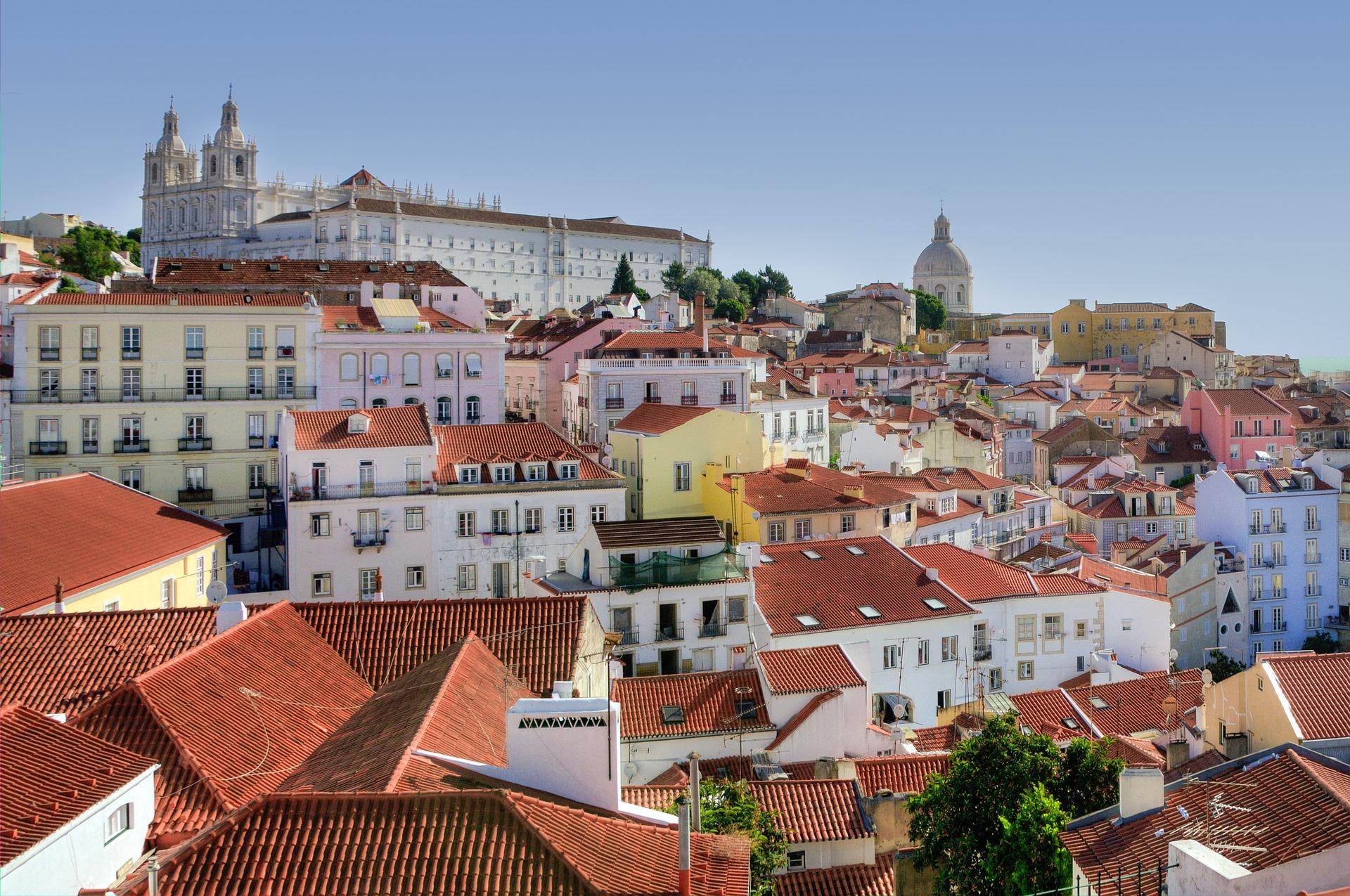 Na região de Alfama está uma das 7 Colinas de Lisboa, de onde o turista pode observar toda a cidade