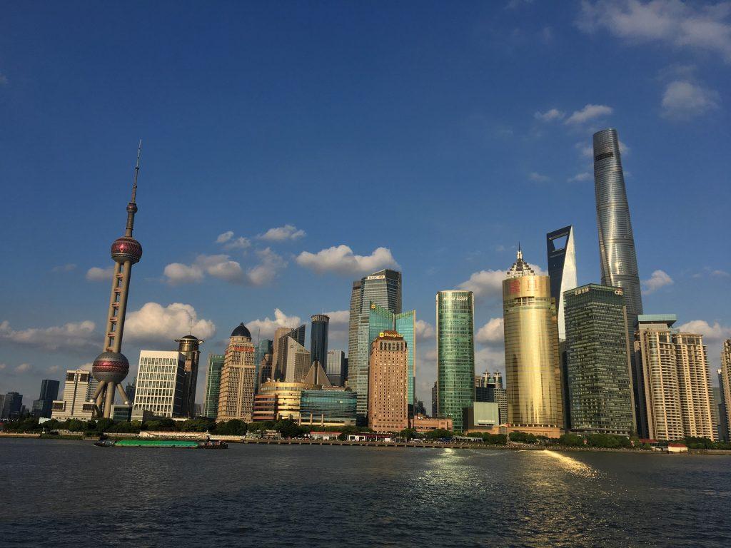 Feito de aço e vidro, o moderno distrito de Pudong, em Xangai