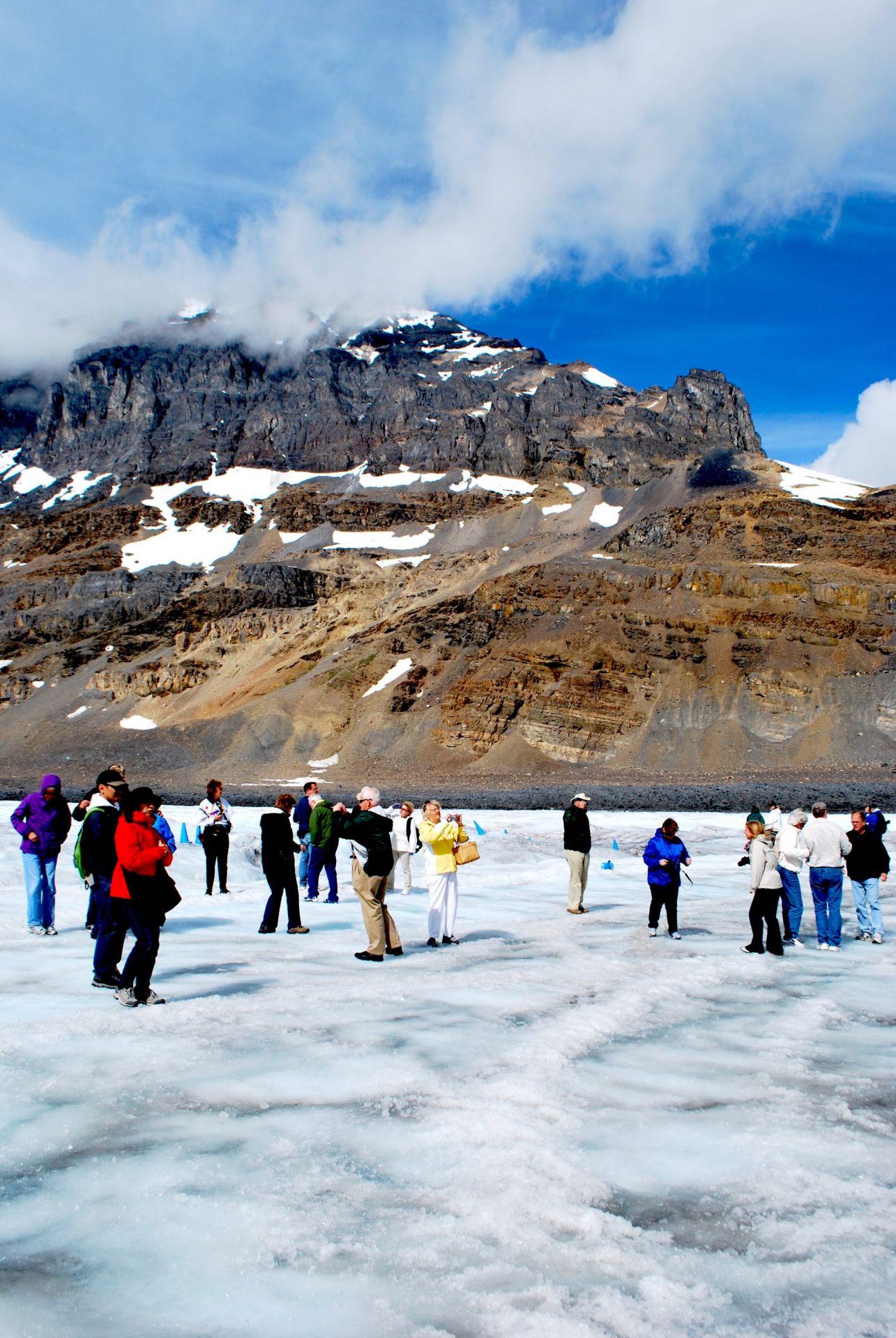 Turistas caminham sobre o Athabasca Glacier, na região das rochosas canadenses