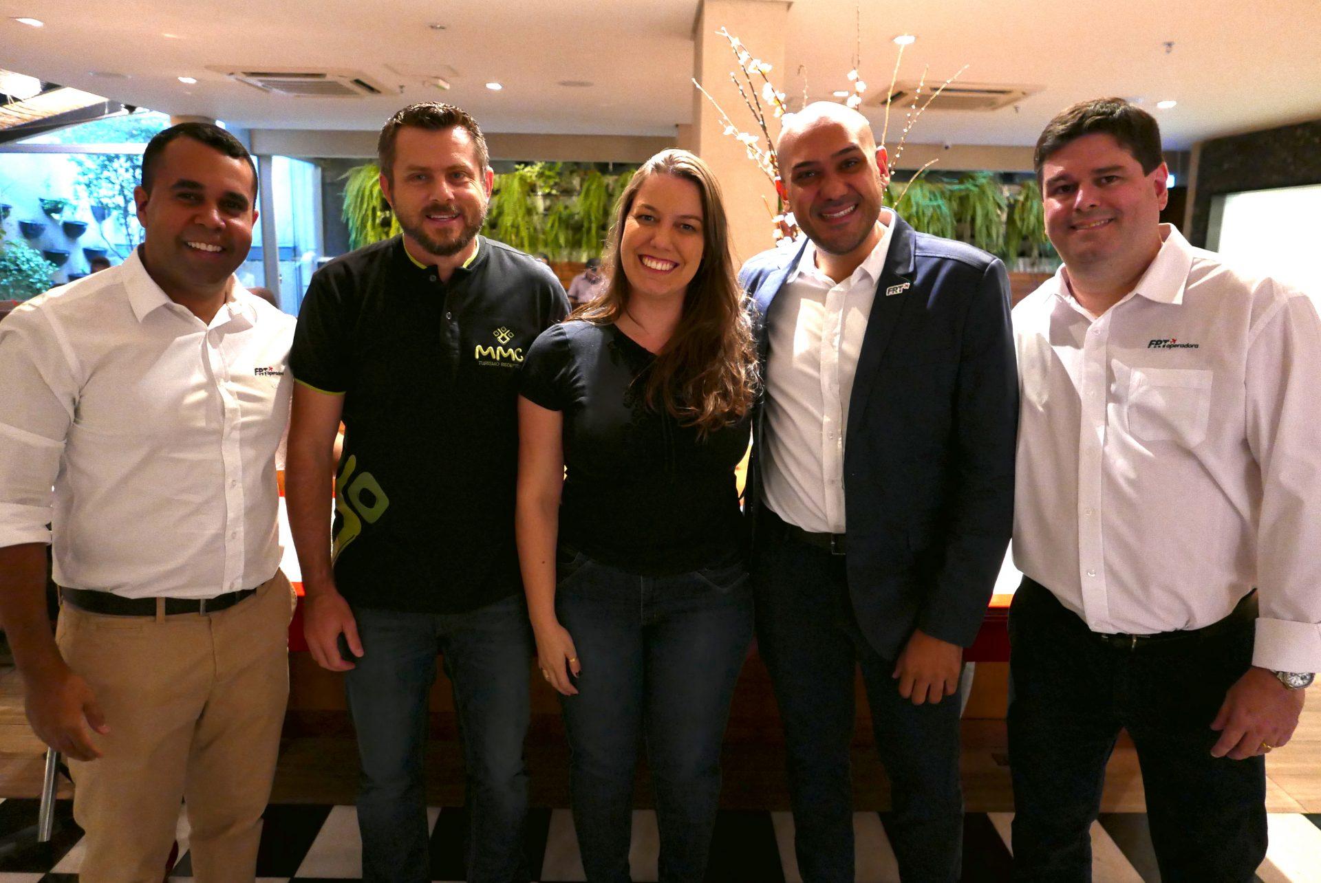 Michelle Moraes, da Atos Viagem, com João Cruz, Douglas Suptitz, Madson Silva e Rodrigo Oliveira