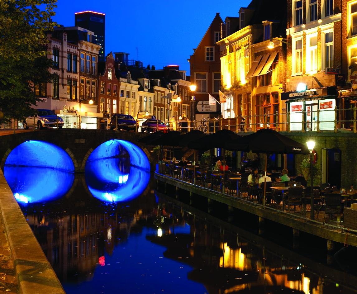 Vista noturna dos canais de Leeuwarden