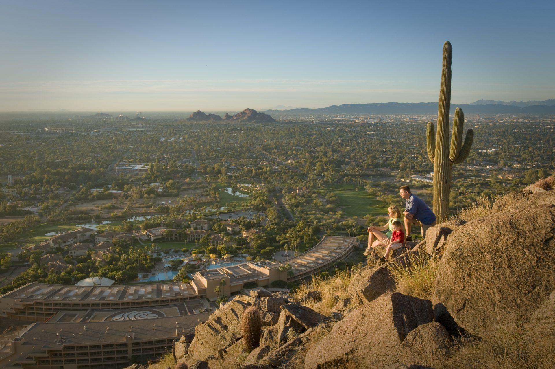 Fazer um hiking com guia do hotel e contemplar a vista de cartão postal, no coração do deserto do Arizona é uma experiência inesquecível