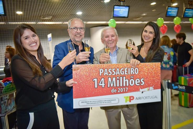 Ana Terra Lima, da Empetur; João Humberto Martorelli, o passageiro 14 milhões; Gilberto Sabino, responsável regional da TAP no Recife, e Maria Claudia de Paula, da Secretaria de Turismo do Recife, brindam à TAP e ao pax 14.000.000