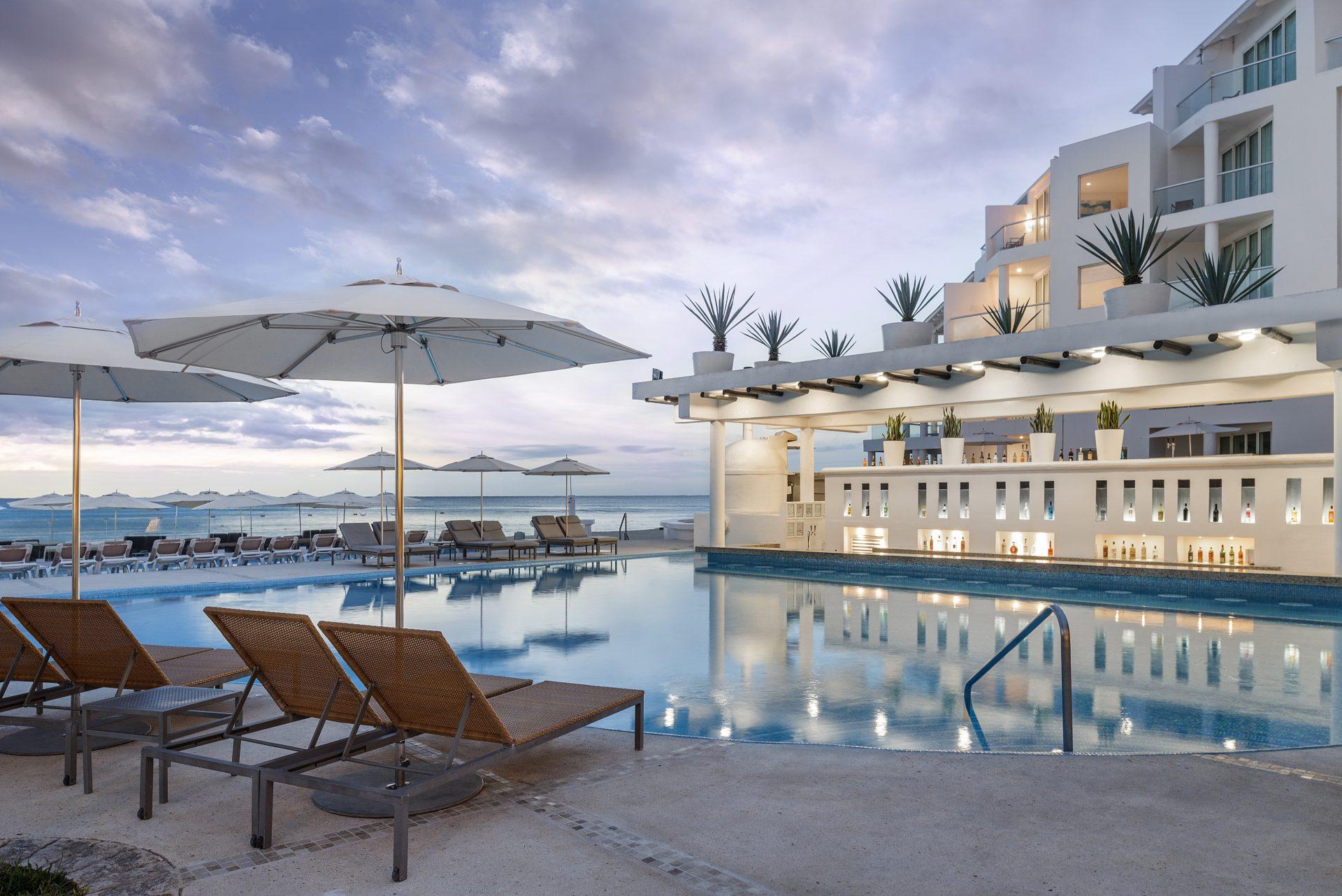 Playacar Palace: vista da piscina, do bar molhado, do mar de Playa del Carmen, tendo ao fundo o hotel