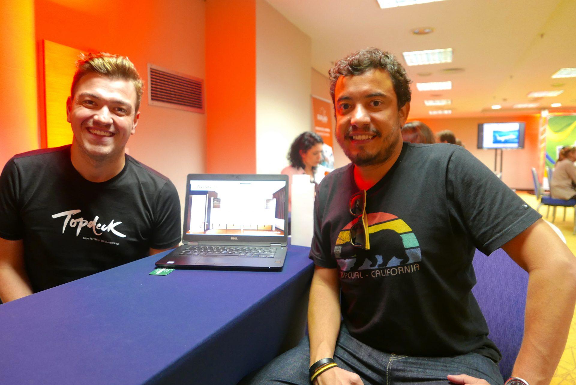 Bernardo de Lucia, gerente para a América Latina da TopDeck Travel, mostra as novidades a Luiz Carlos Junior, da Hangar Travel