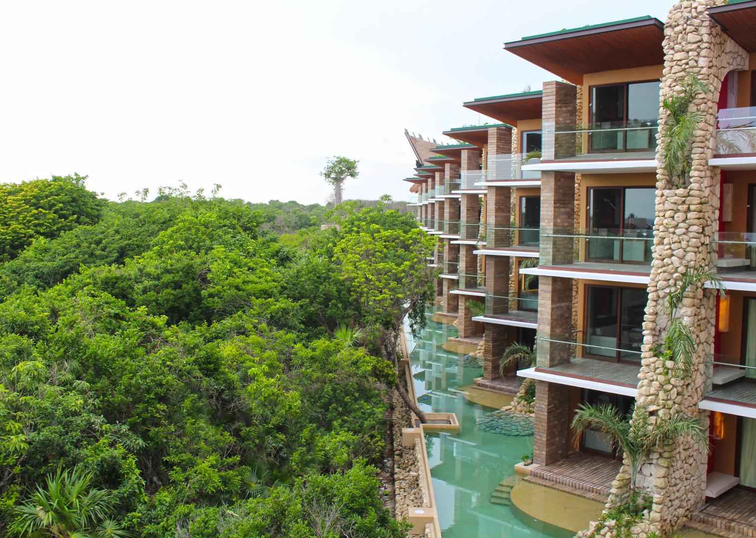 Detalhe de um dos blocos de suítes, cercadas pela natureza exuberante da Riviera Maya