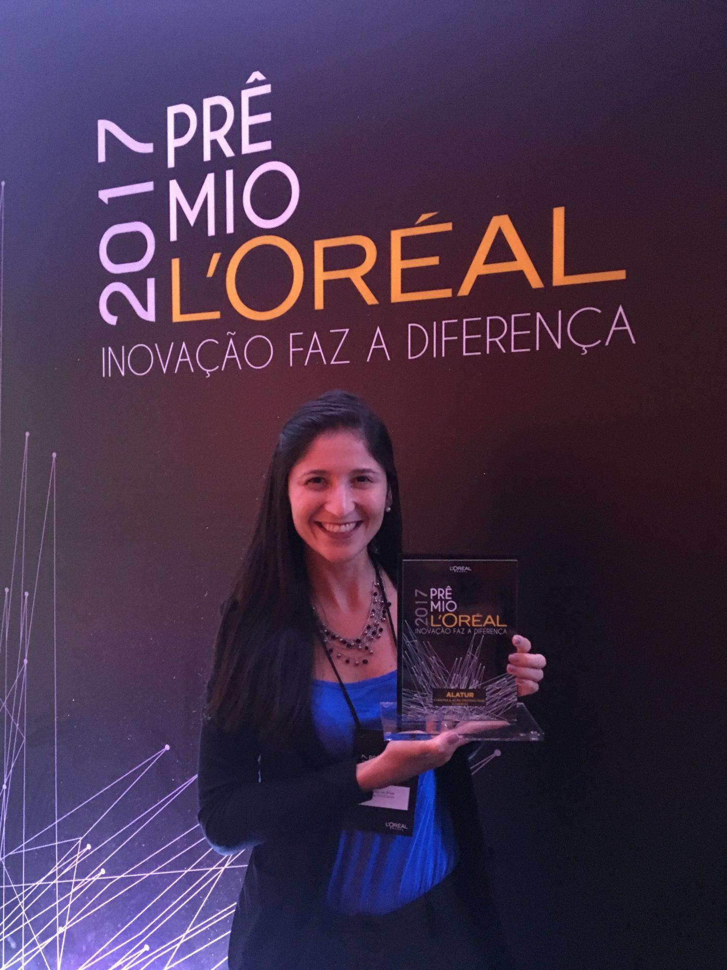 Beatriz Van Erven, gerente de eventos da Alatur JTB, recebe o Prêmo L'Oréal 2017