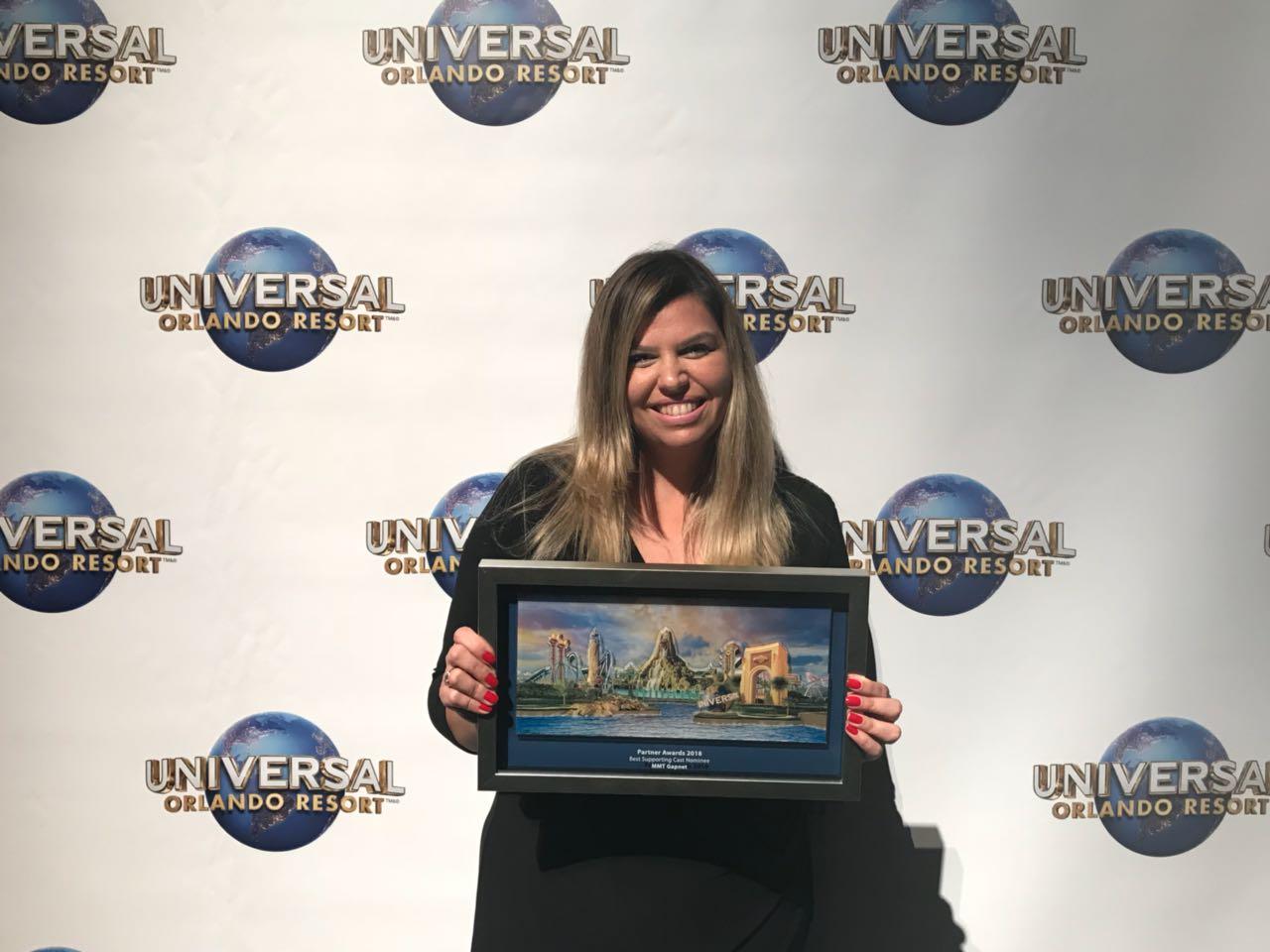 Mariana Azevedo foi a Orlando especialmente para receber, em nome da MMTGapnet, o Universal's Partner Award na Categoria Treinamento (Foto: Divulgação)