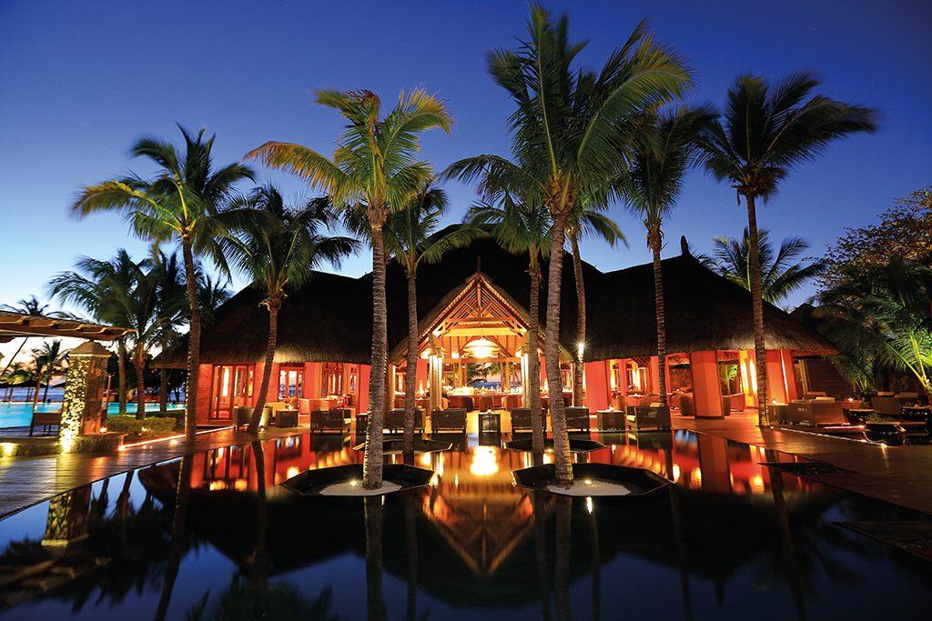 Visão noturna do tropicalíssimo lobby do Dinarobin Beachcomber