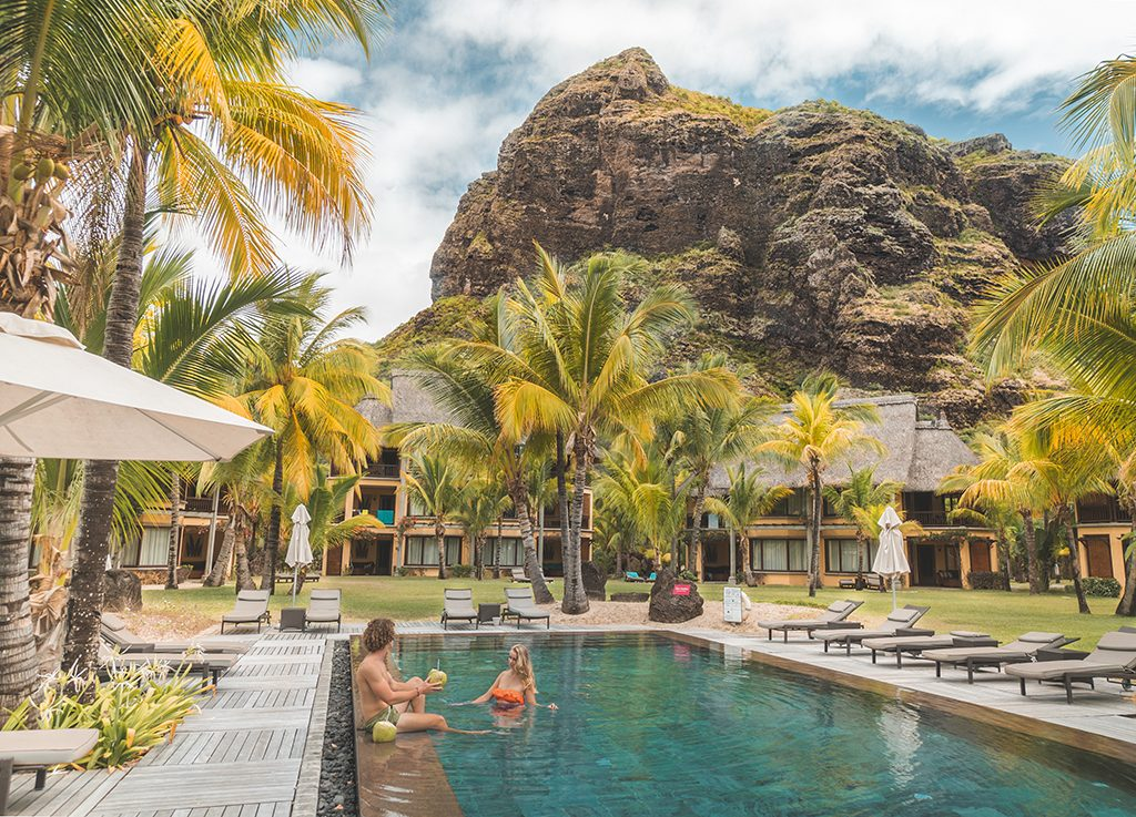 Hóspedes curtem o sol, a piscina e a vista cartão postal de Le Morne, Patrimônio Mundial da Unesco