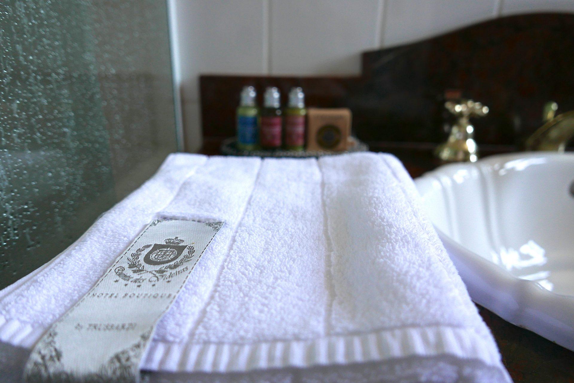 Amenities, toalhas e roupões de grife fazem parte dos itens diferenciados do hotel