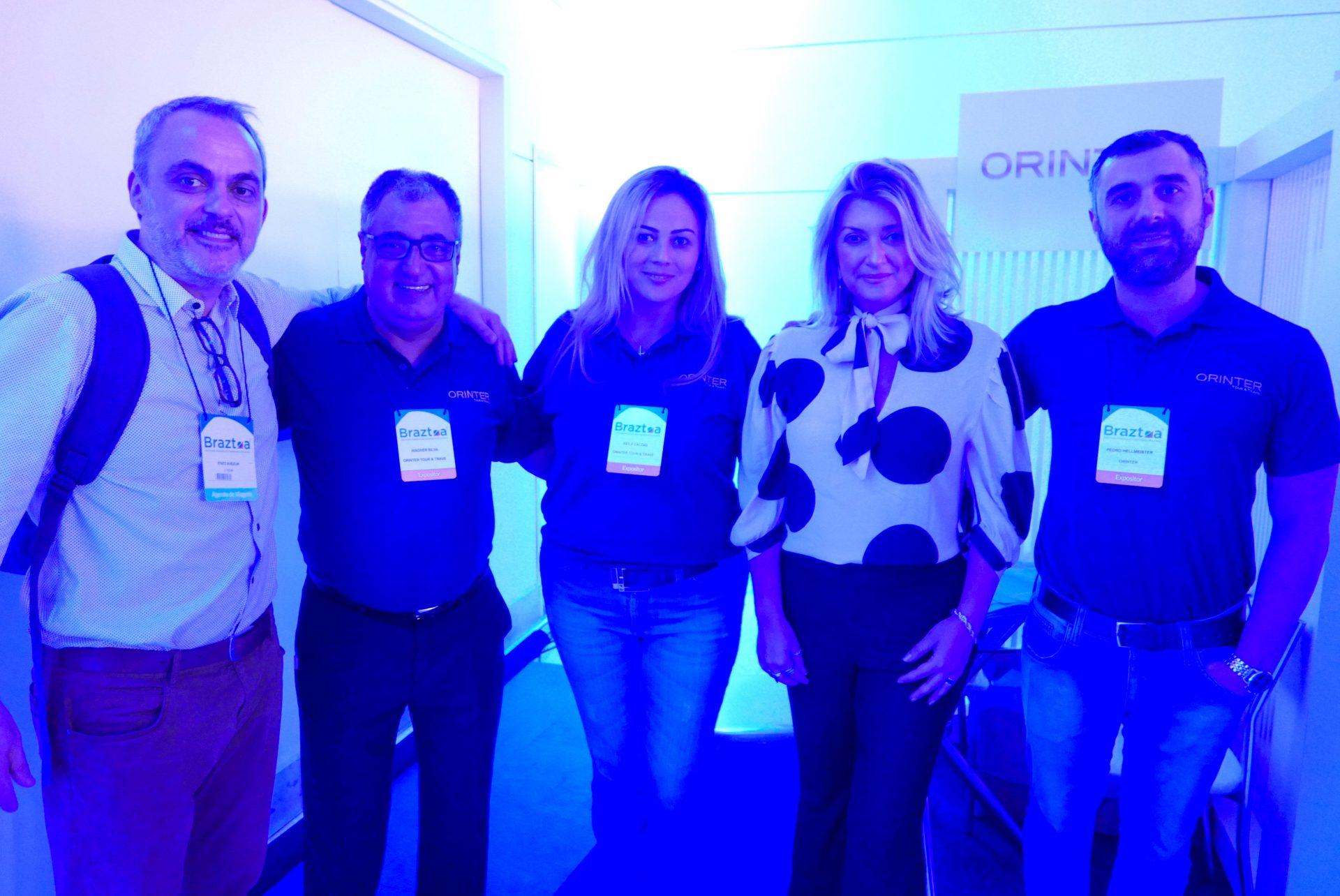 Enzo Avezum, de Riviera Nayarit; Wagner Silva e Keila Caldas, da Orinter; Katia Frias, da American Airlines, e Pedro Hellmeister, da Orinter, no estande da operadora