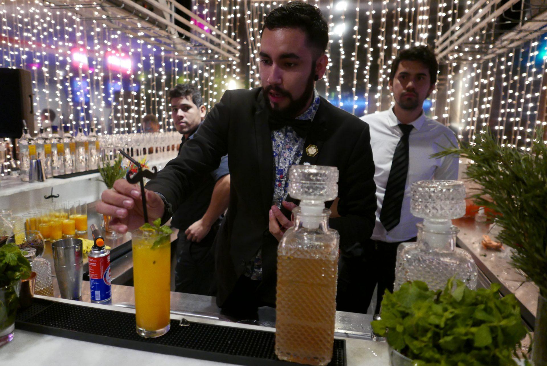 O bar é um espaço de transição, ligando o cassino ao restaurante, instalados no mesmo prédio
