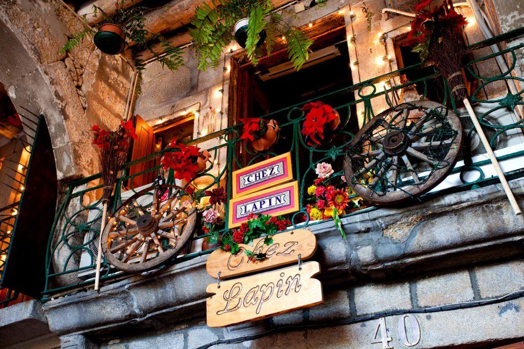 Fachada do Restaurante Chez Lapin, na cidade do Porto, em Portugal Bacalhau
