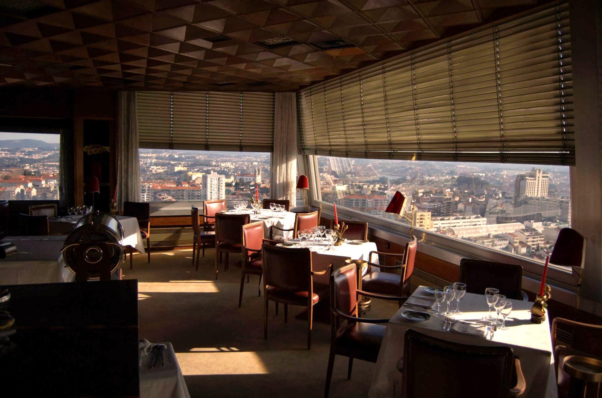 Ambiente do Restaurante Portucale, na cidade do Porto Bacalhau