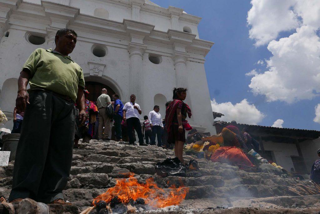 Diante da Igreja de Santo Tomás, o viajante assiste a um teatro de humanidades, em Chichicastenango, na Guatemala