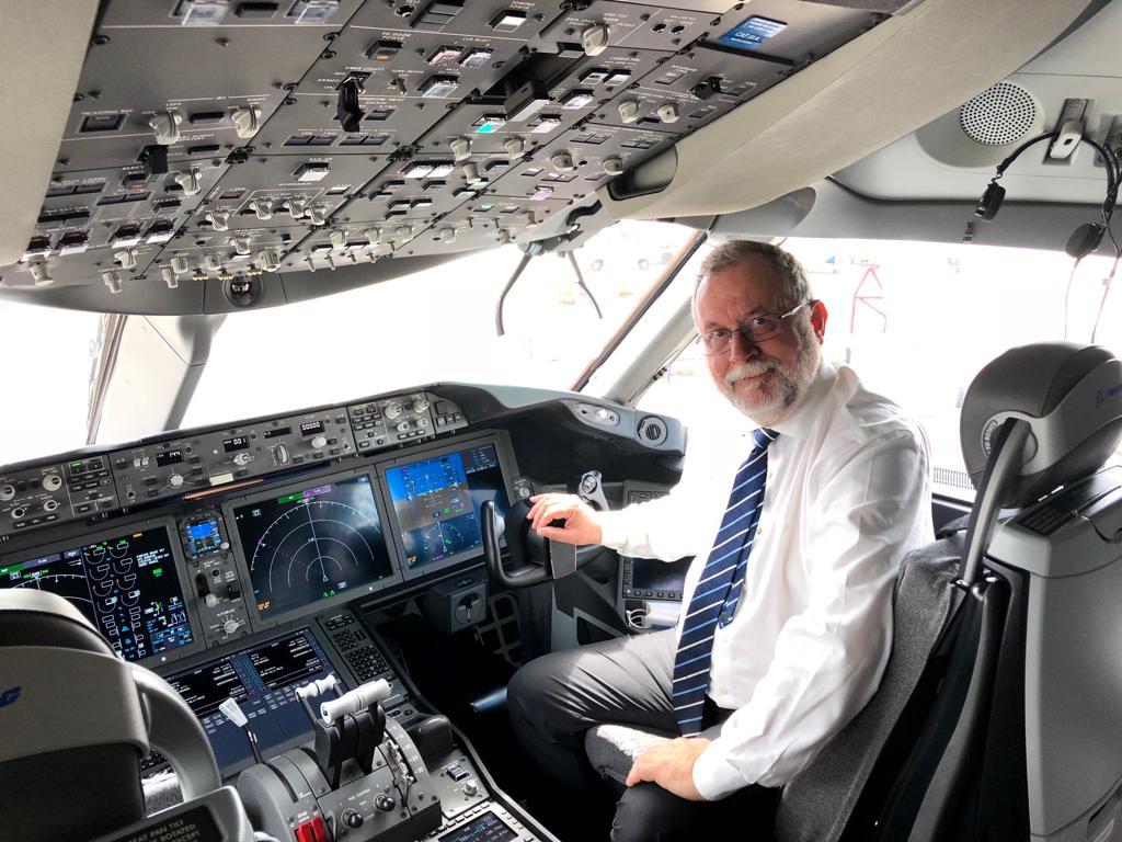 O diretor geral Brasil da Air Europa, na cabine do Boeing 787 Dreamliner