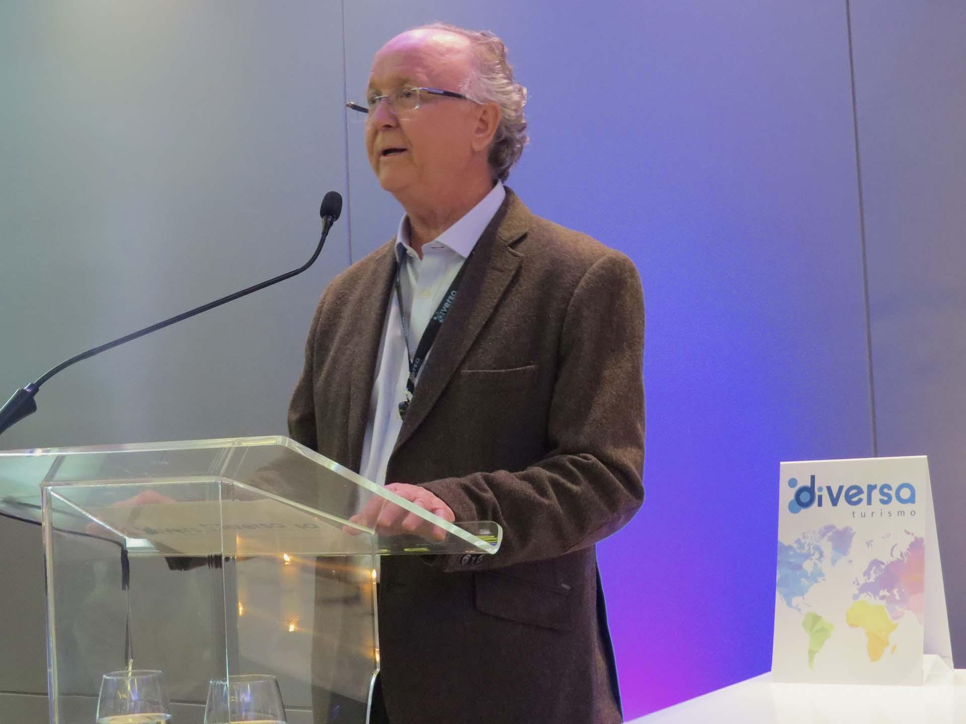 James Giacomini, diretor da operadora, fala aos convidados, durante o evento de lançamento da Diversa Turismo