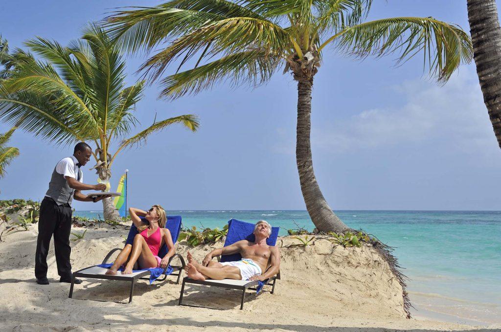 A rede Bahia Principe acredita que relaxar em uma praia espetacular com serviço de mordomo ajuda o hóspede a ficar + feliz